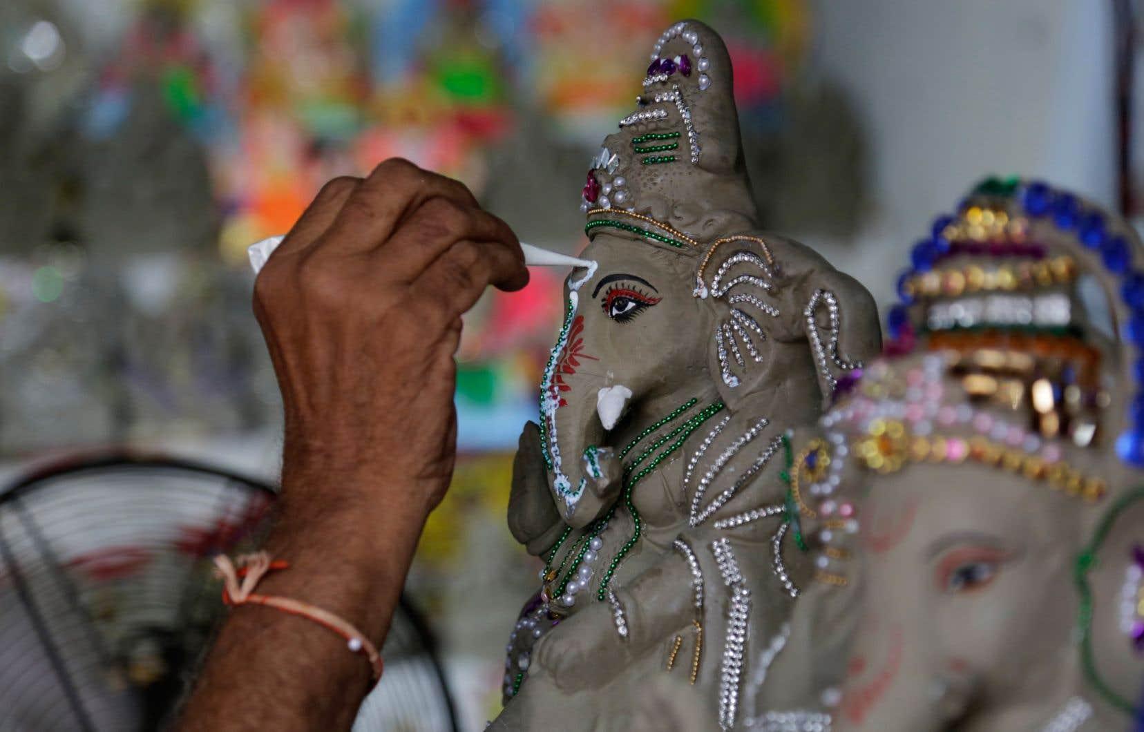 La femme accusée d'avoir insulté un symbole religieux a jeté à terre des statues de la divinité hindoue Ganesh.