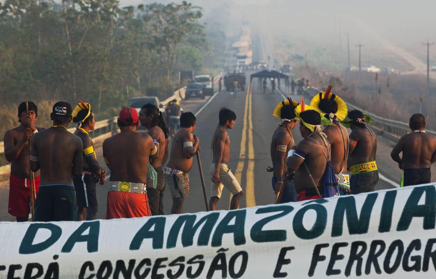 Des membres de la tribu des Kayapo Mekragnoti ont bloqué un important axe routier d'Amazonie.