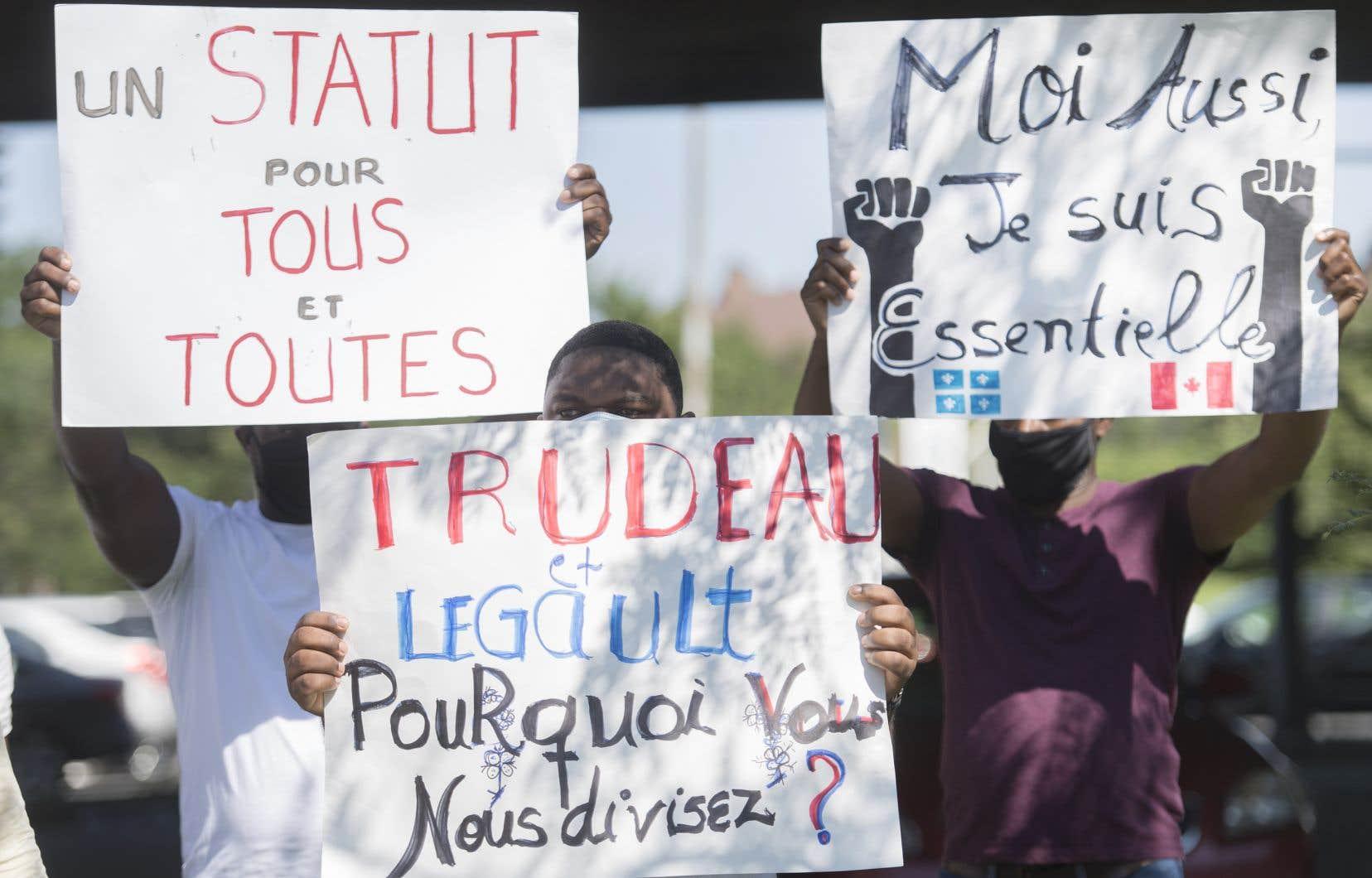 Des manifestants s'étaient rassemblés devant le bureau de Justin Trudeau, à Montréal, samedi dernier, pour réclamer un statut pour tous et toutes.