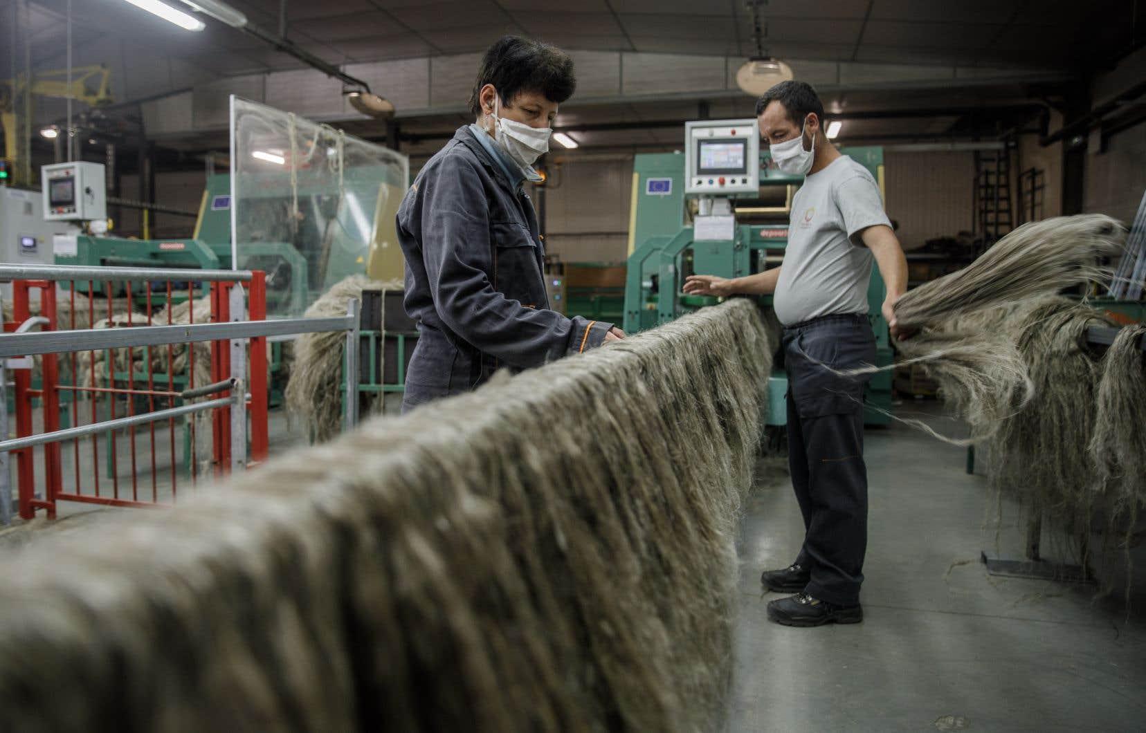 Les travailleurs français devront porter un couvre-visage dans tous les espaces clos et partagés en entreprise.