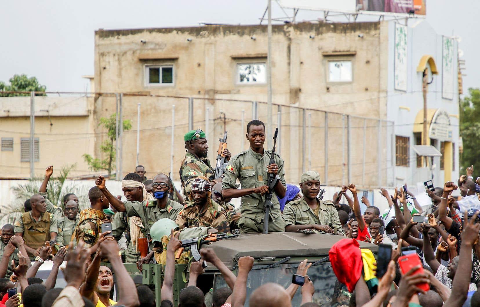 Le Mali est confronté à une crise sociopolitique qui préoccupe la communauté internationale. Sur la photo, des militaires rebelles ont été acclamés, mardi à Bamako, par des manifestants rassemblés pour réclamer le départ du chef de l'État, Ibrahim Boubacar Keïta