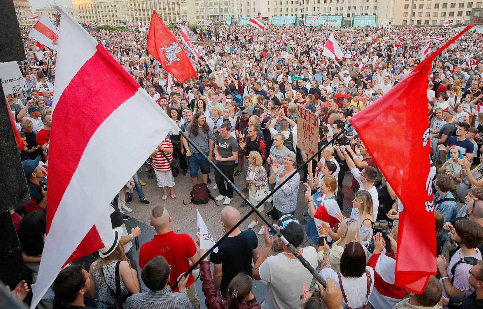 Dans la soirée, plusieurs milliers de manifestants se sont à nouveau réunis sur la place de l'Indépendance à Minsk.
