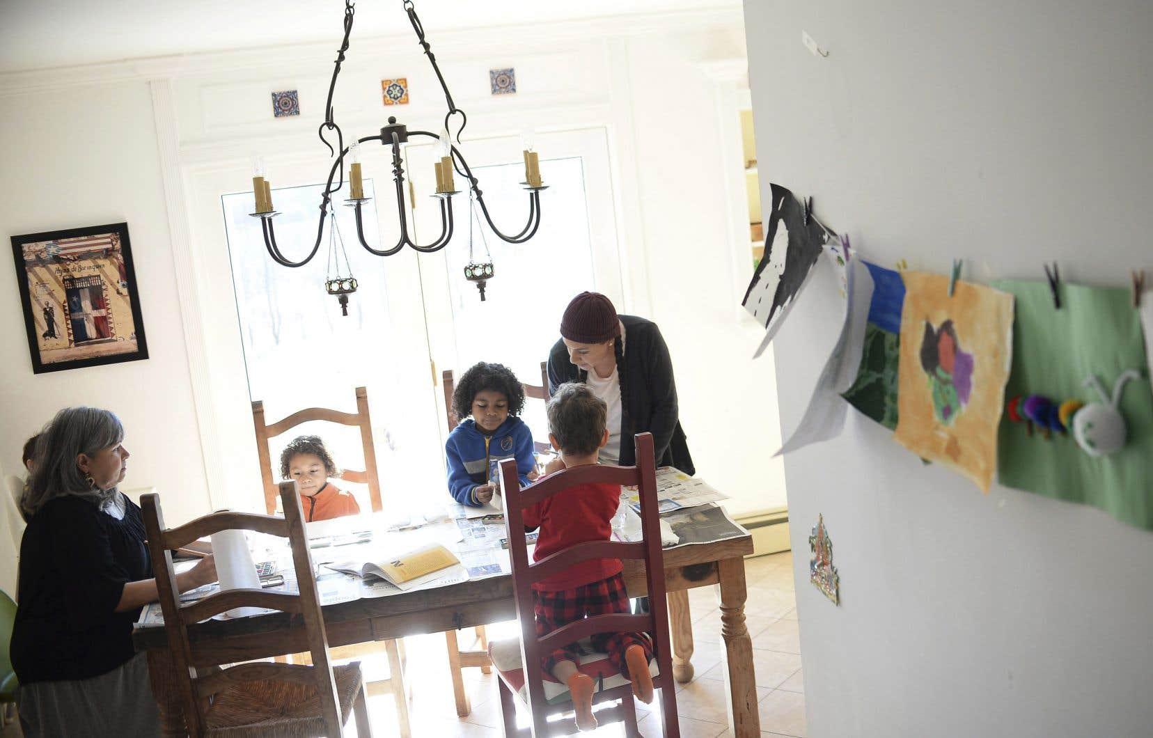 Du vécu de certains, l'instruction à domicile ne demande pas autant d'heures que l'éducation en groupe. Après  quelques années d'expérience, un parent-professeur peut couvrir la matière du jour en l'espace d'une ou deux heures.