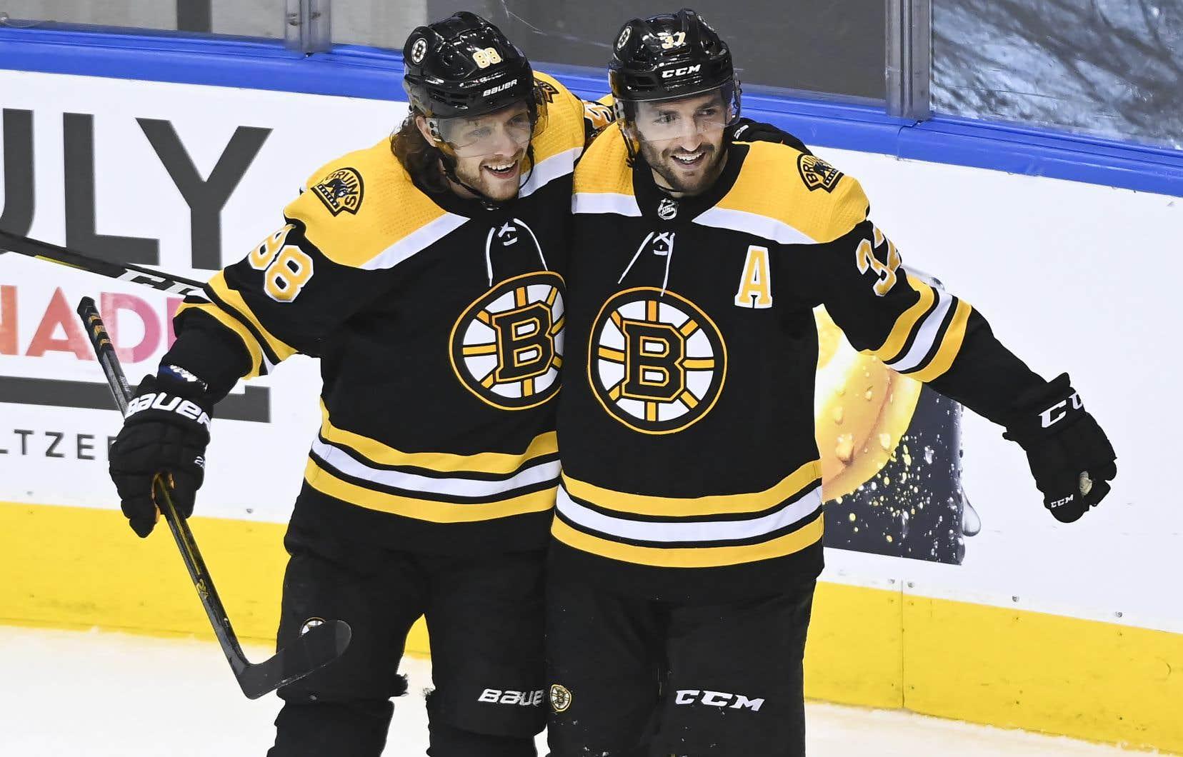 David Pastrnak et Patrice Bergeron, qui a marqué le but victorieux mercredi pour les Bruins de Boston