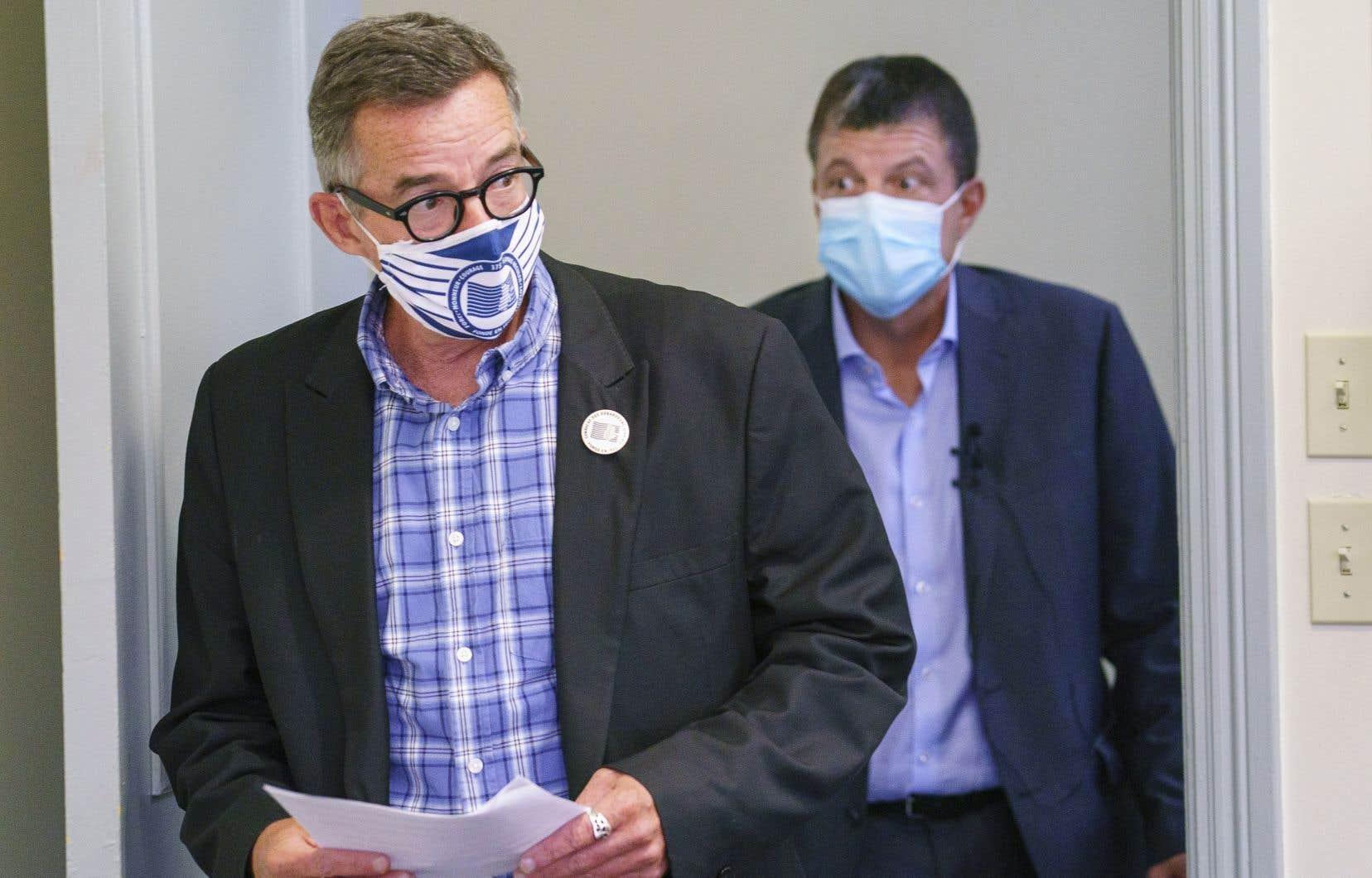 Le conseiller syndical des débardeurs, Michel Murray, et le président de l'Association des employeurs maritimes, Martin Tessier, se sont entendus sur la suspension des moyens de pression au port de Montréal jusqu'en mars prochain.