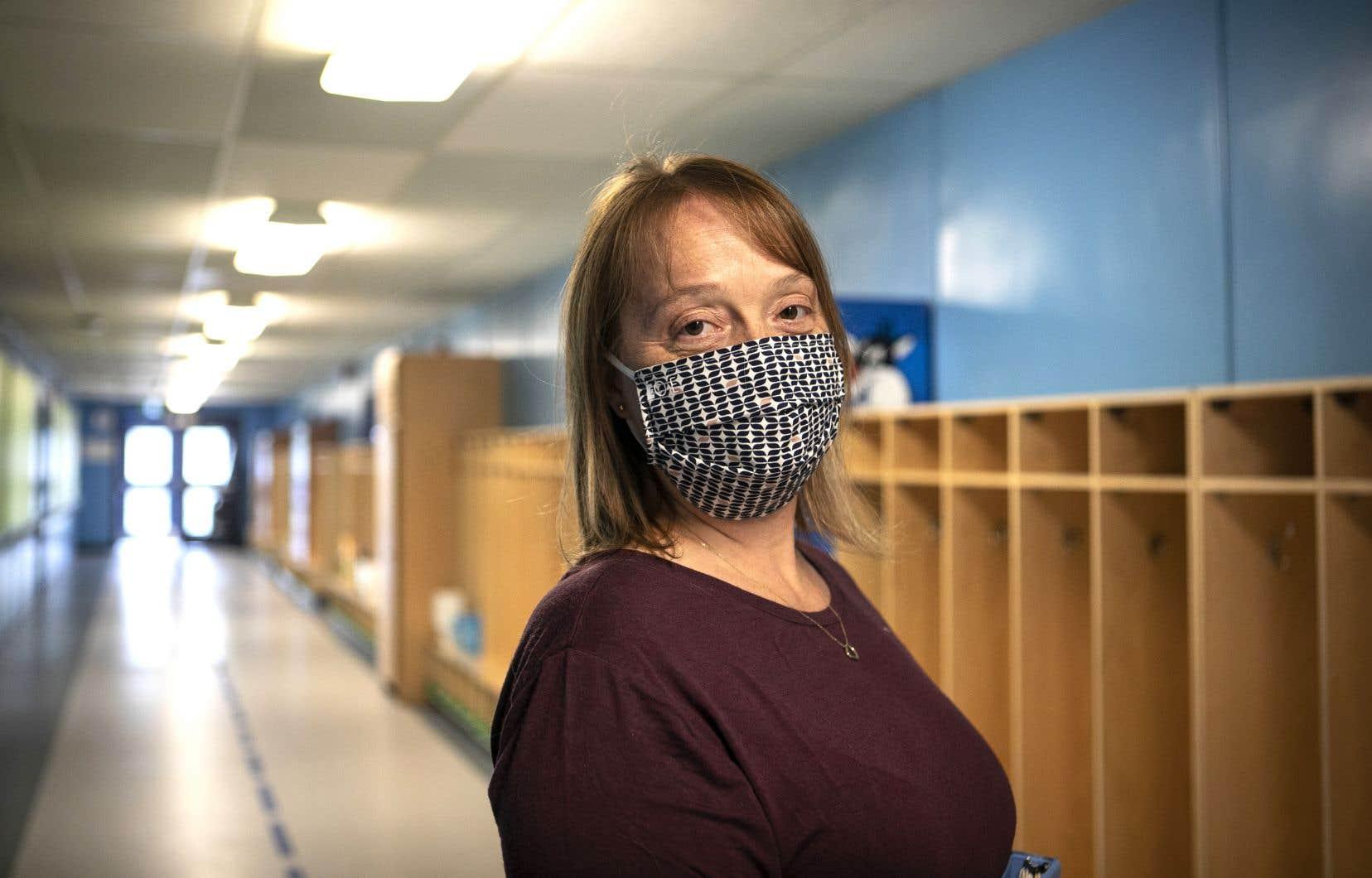 Isabelle Boileau, responsable du service de garde à l'école primaire Aux-Quatre Vents, se prépare du mieux qu'elle le peut à la rentrée scolaire.