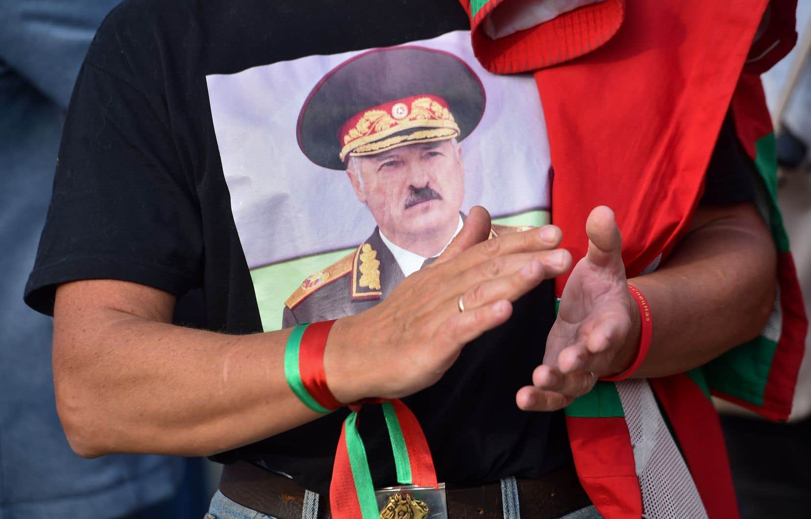 Alexandre Loukachenko a assuré qu'il allait «résoudre le problème» du mouvement de protestation «dans les jours qui viennent». Dans la foule d'un rassemblement en sa faveur, vendredi, un homme portait unT-shirt à l'effigie du président.