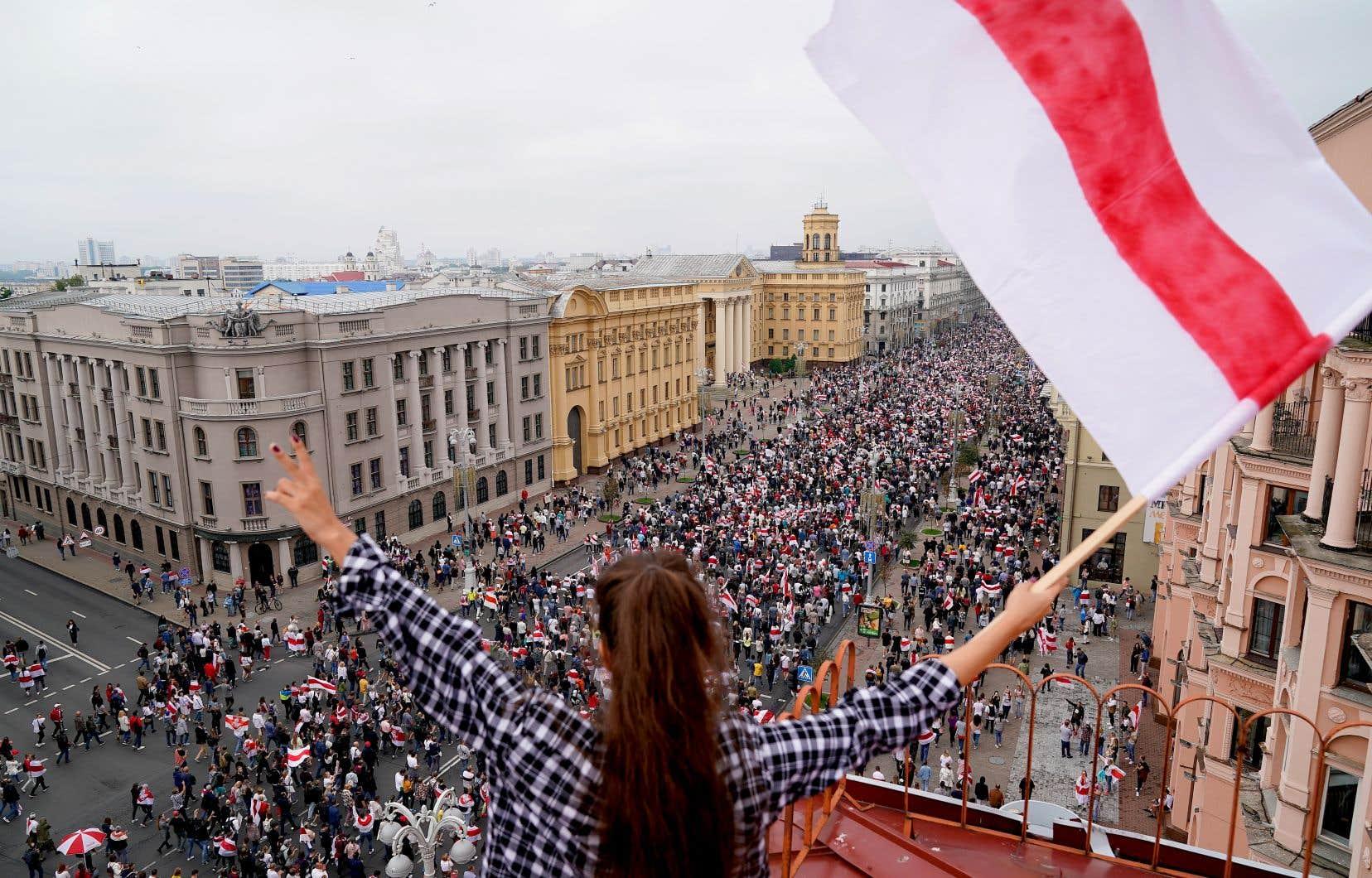 Une foule immense agitant des drapeaux blanc et rouge, symbole de l'opposition, s'est amassée dimanche à Minsk.