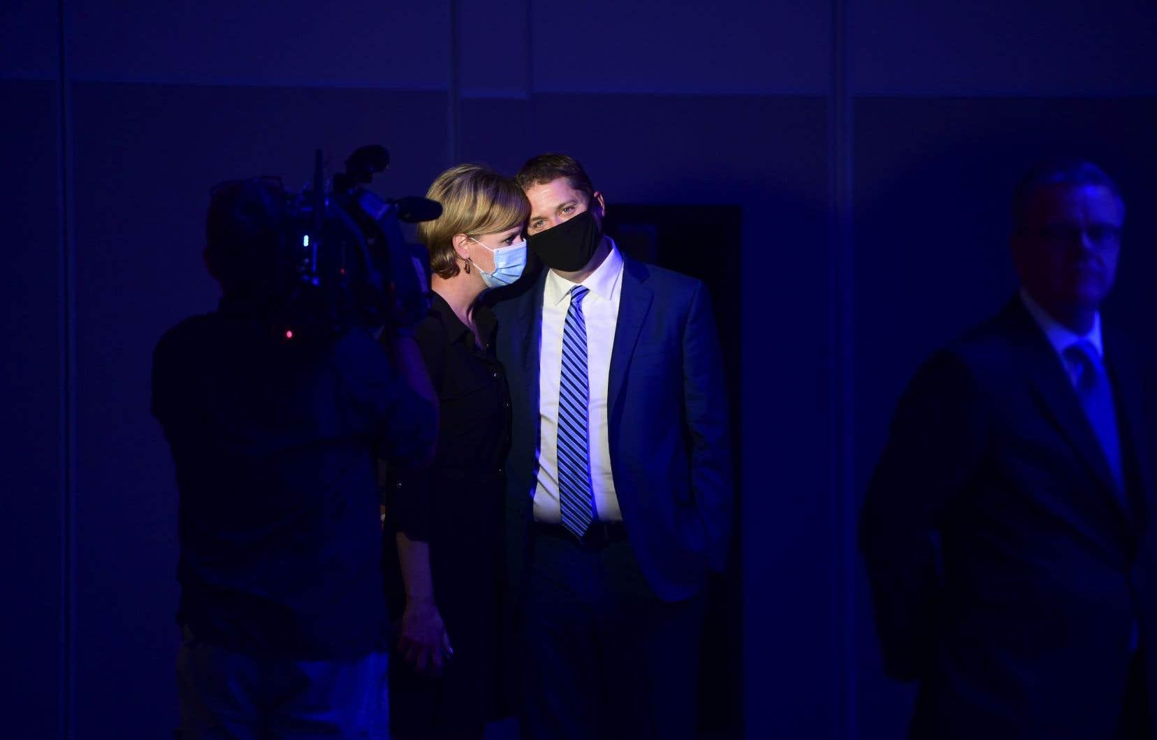 Andrew Scheer, accompagné de sa femme, quelques instants avant de prendre la parole pour la dernière fois en tant que chef du Parti conservateur du Canada
