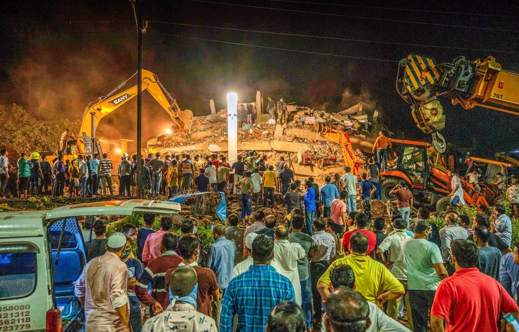 Des images de télévision ont montré des habitants et des policiers fouillant les décombres à la recherche de survivants.