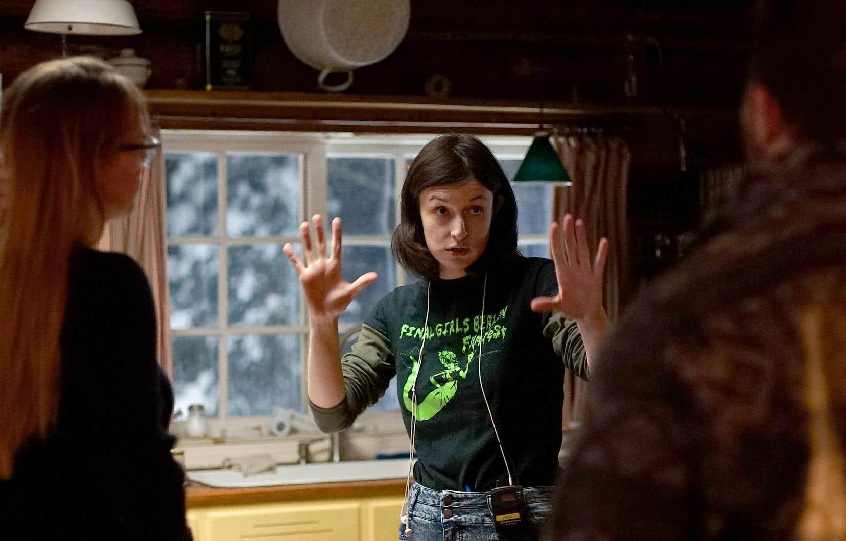 Grand classique du film d'horreur, le chalet dans la forêt a été choisi comme toile de fond par Amelia Moses pour <em>Bleed With Me</em>.