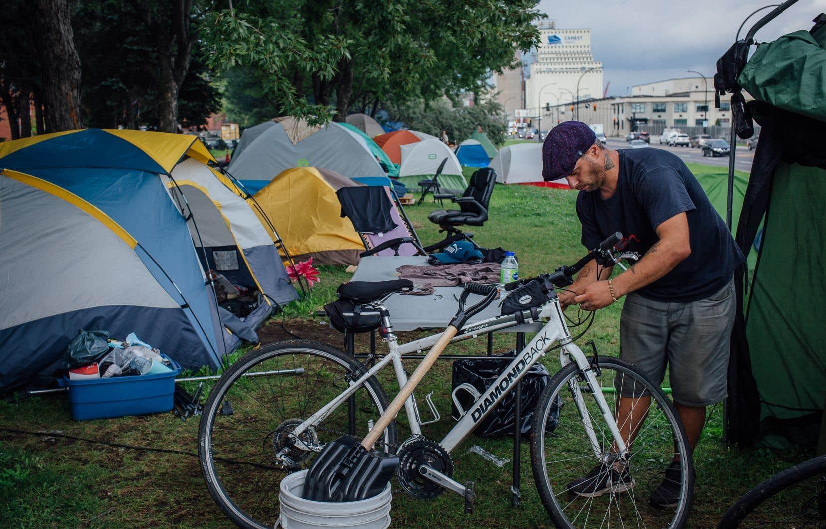 Francis Lévesque- Goulet, une personne en situation d'itinérance de 33 ans, offre de réparer tout ce qu'on lui apporte, que ce soit un vélo ou un ordinateur. Il habite le «camping Beauport Notre-Dame» depuis deux mois.