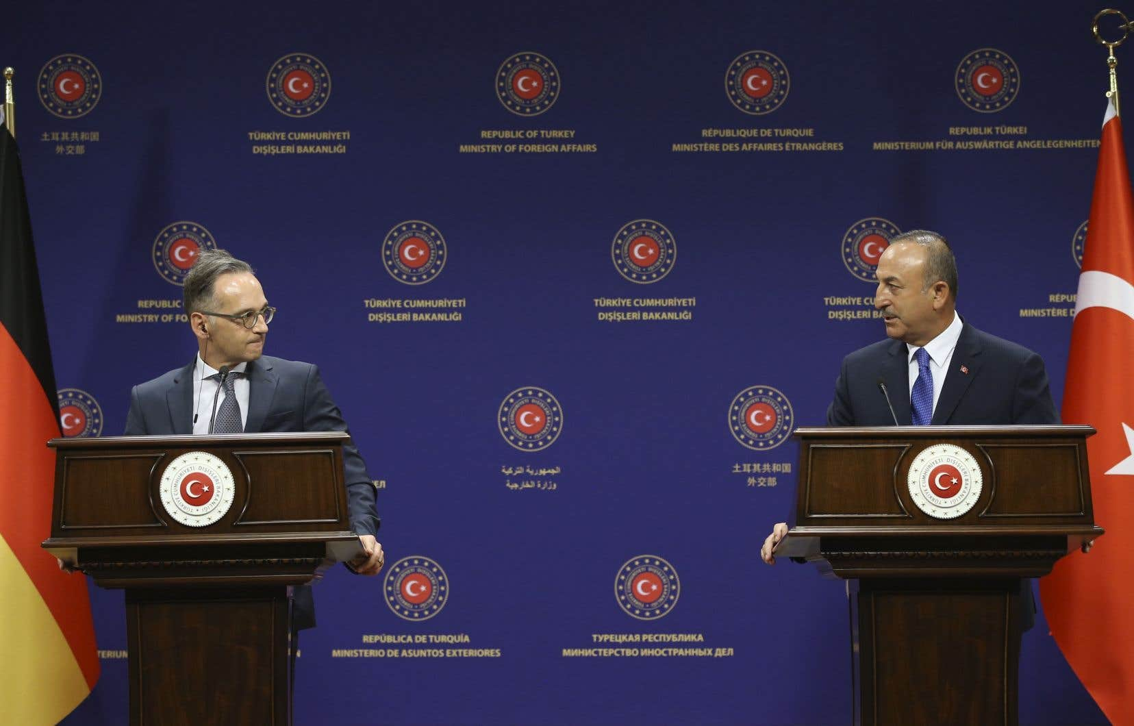 Le ministre turc des Affaires étrangères, Mevlut Cavusoglu et son homologue allemand Heiko Maas s'adressent aux médias après leurs entretiens, le 25 août 2020, à Ankara.