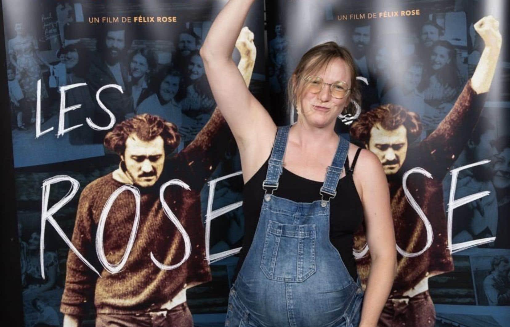 La députéeCatherine Dorion a brandi le poing lors du lancement du documentaire «Les Rose » à Québec.