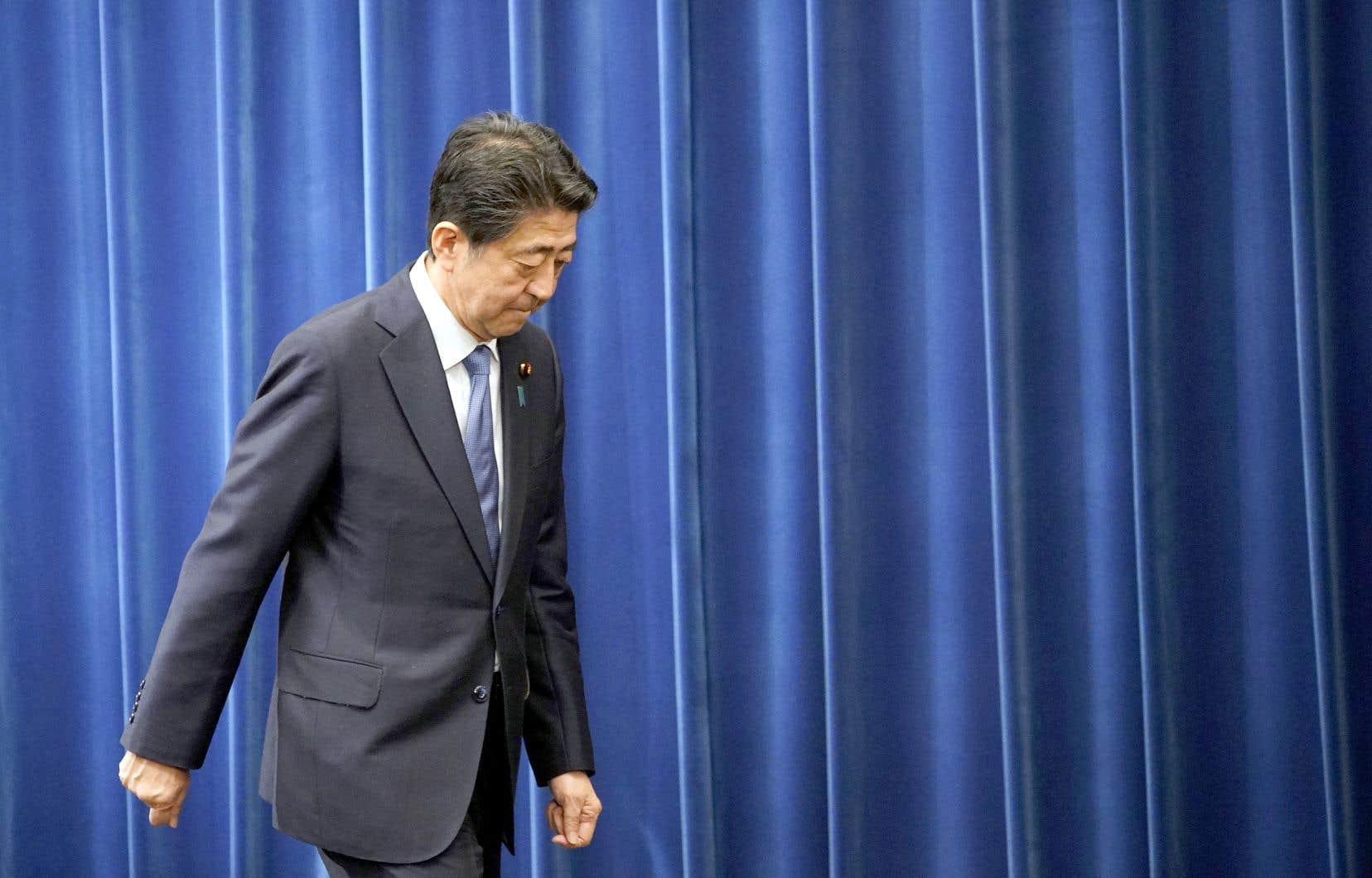 Ému, Shinzo Abe s'est dit «profondément désolé» envers le peuple japonais de quitter son poste environ un an avant la date initialement prévue et en pleine crise du coronavirus.