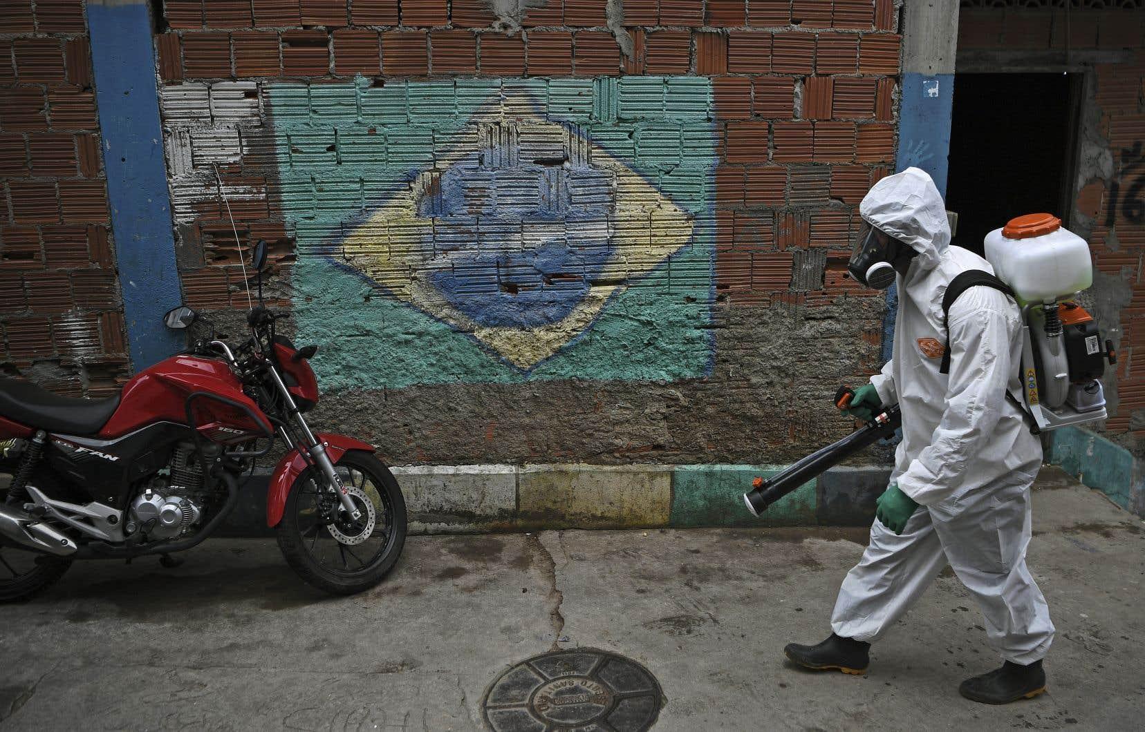 Le Brésil semble bloqué depuis trois mois dans un interminable plateau, avec environ 1000 décès quotidiens en moyenne et de nombreuses disparités entre les régions.