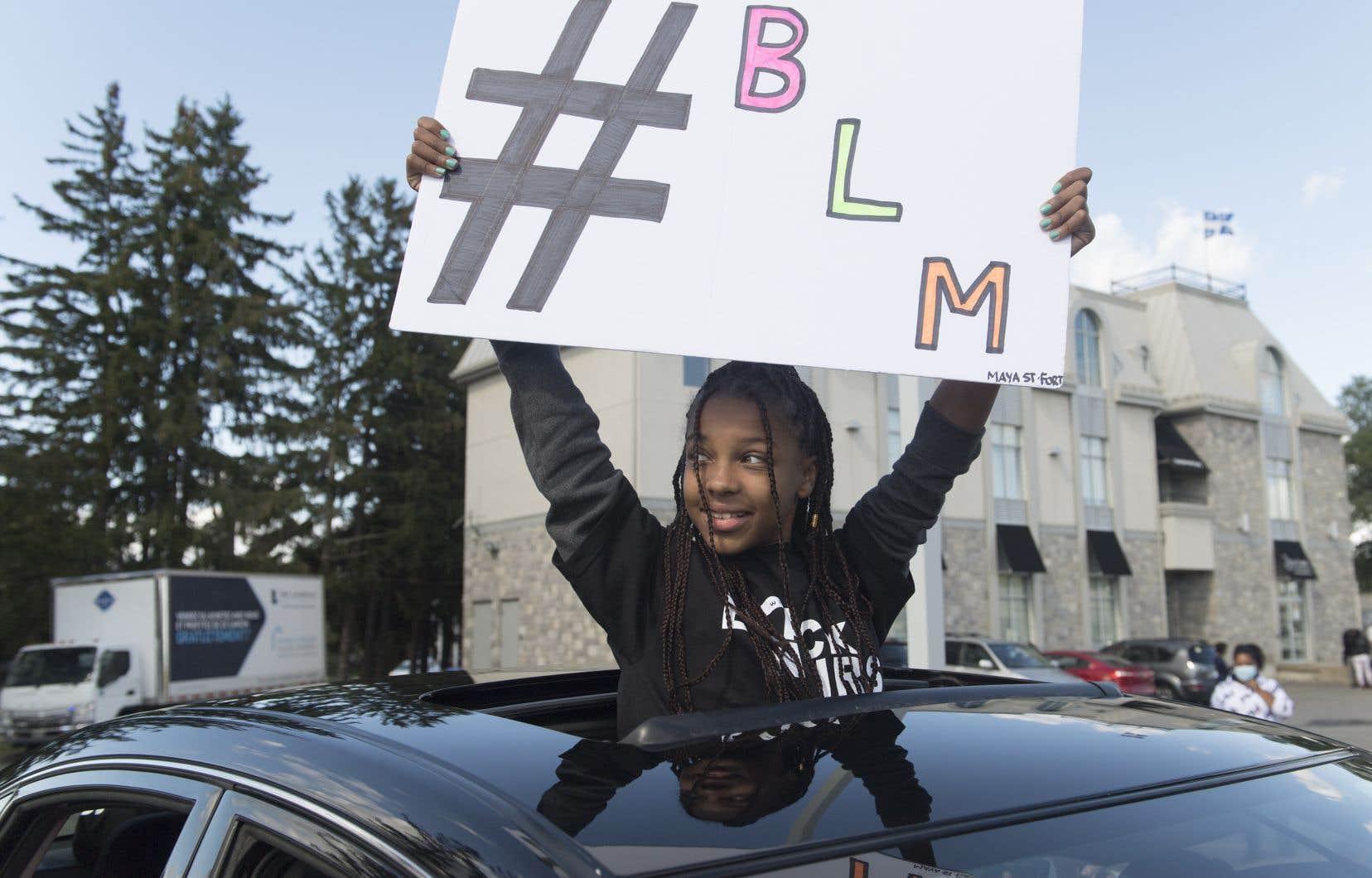 Le convoi d'automobilistes s'est rendu dimanche au bureau de comté du premier ministre François Legault, à L'Assomption, pour protester contre le profilage racial.