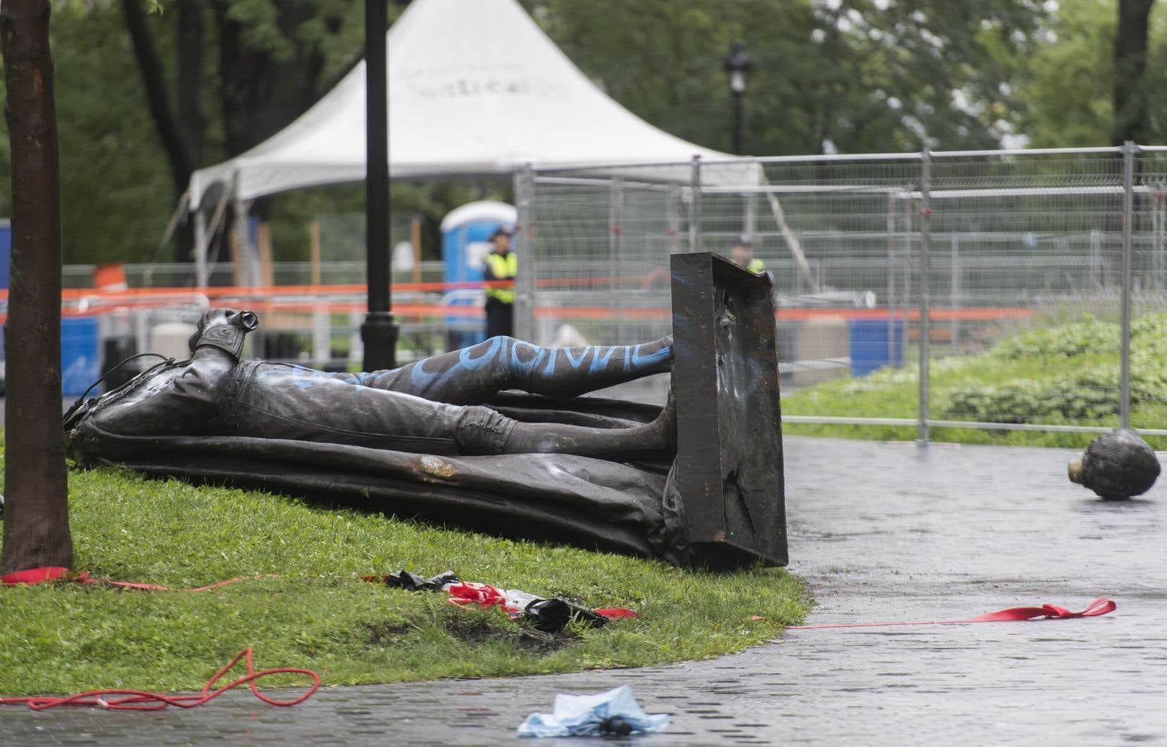 La statue à l'effigie de John A. Macdonald a été déboulonnée samedi en marge d'une manifestation appelant à réduire le financement de la police.