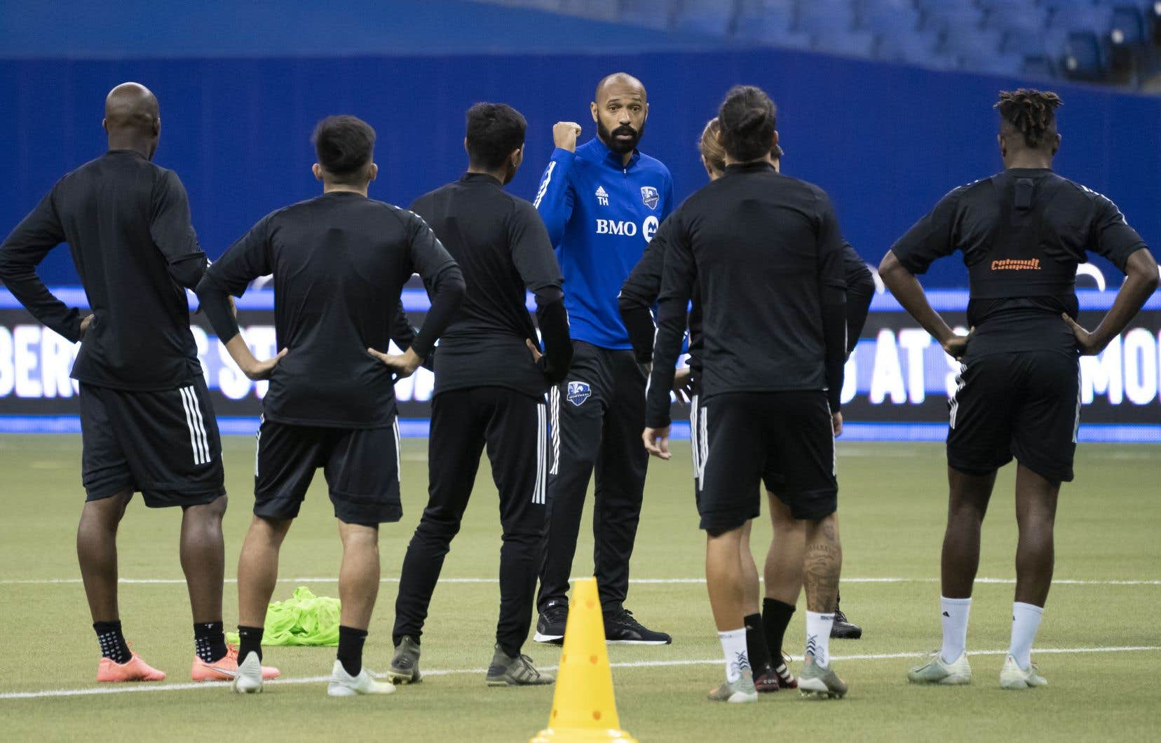 En visioconférence de presse lundi après-midi, Thierry Henry a annoncé que les milieux de terrain Samuel Piette et Saphir Taïder seront en uniforme.