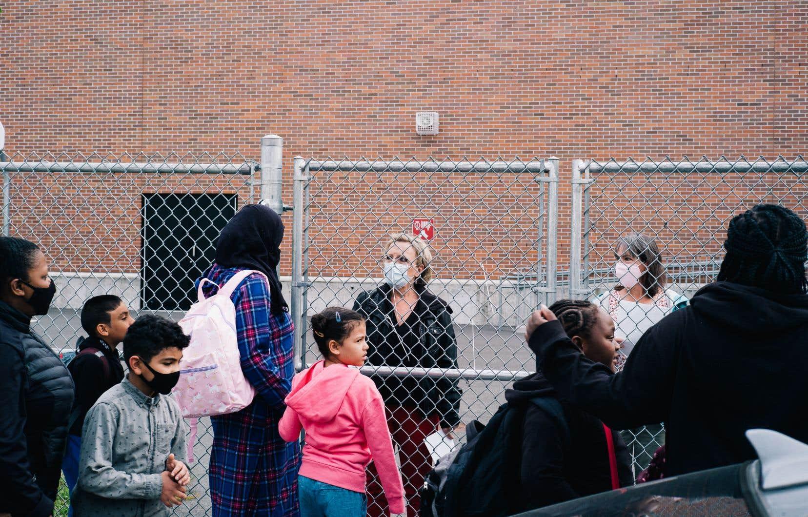 Avec la pandémie, les enseignants se voient contraints d'augmenter le temps qu'ils passent en surveillance pour s'assurer du respect des règles sanitaires.