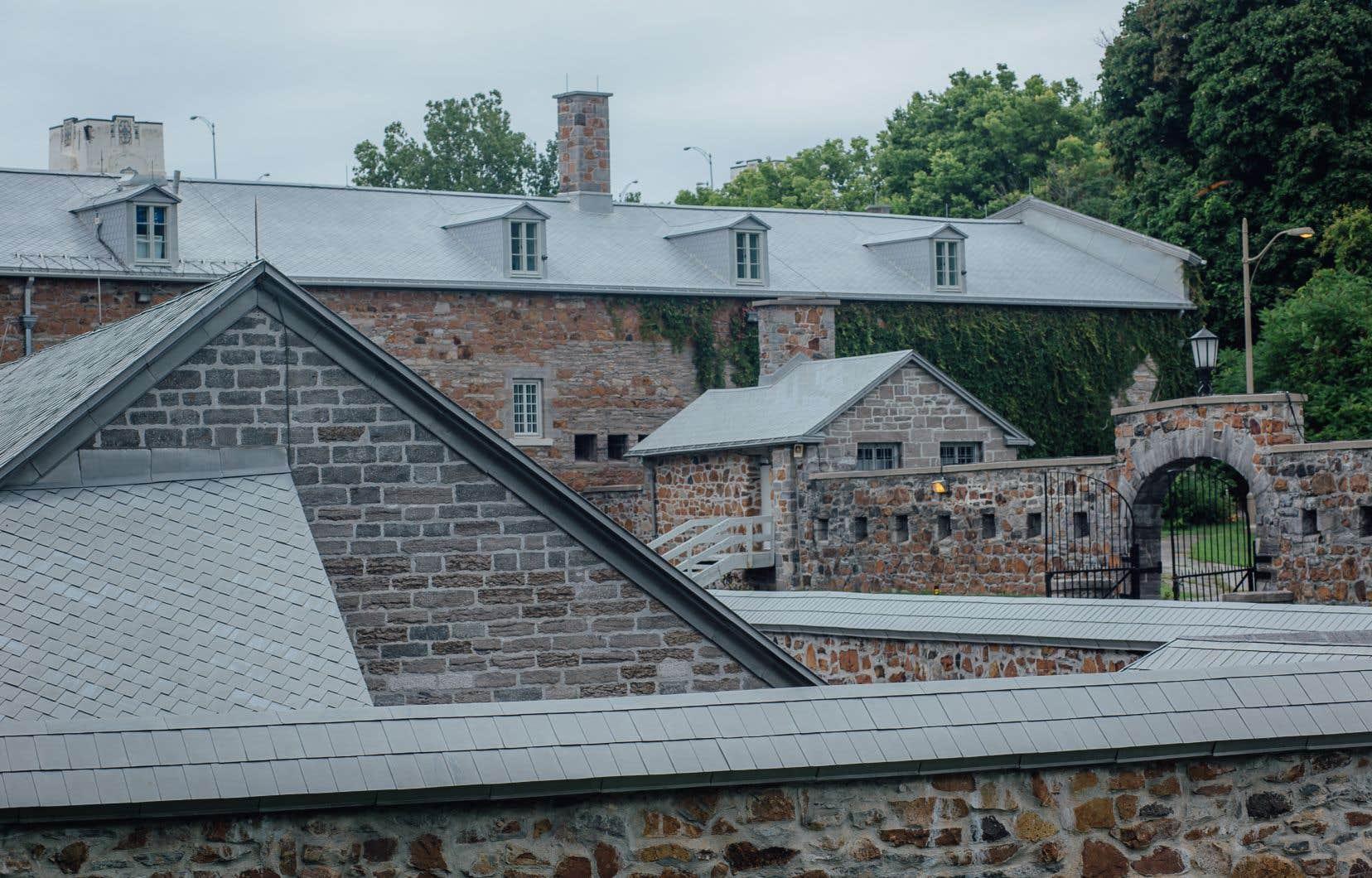 L'ancienne caserne militaire de l'île Sainte-Hélène, située au pied du pont Jacques-Cartier, en vue de Montréal, avait été spécialement réaménagée durant la Deuxième Guerre mondiale pour y enfermer des prisonniers envoyés au Canada par l'Angleterre.