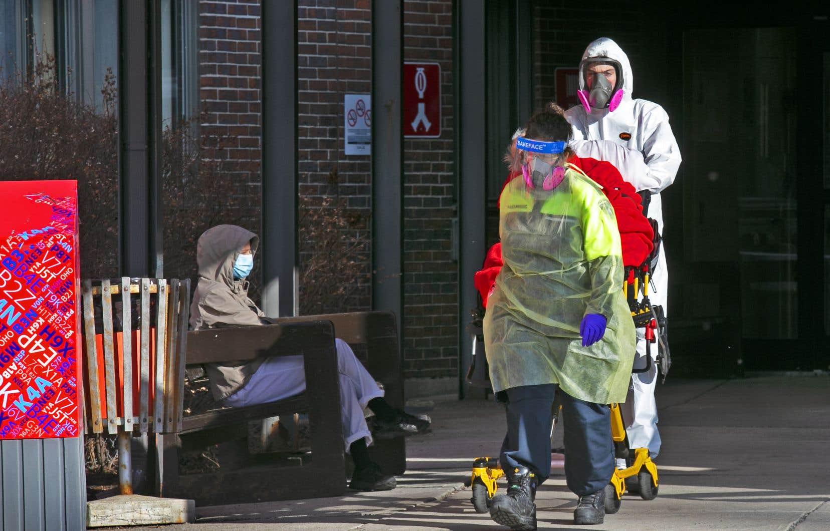 Le nombre d'hospitalisations a augmenté de 2 par rapport à la veille, avec un cumul de 102. Parmi celles-ci, 18 se trouvent aux soins intensifs, une diminution de 2.