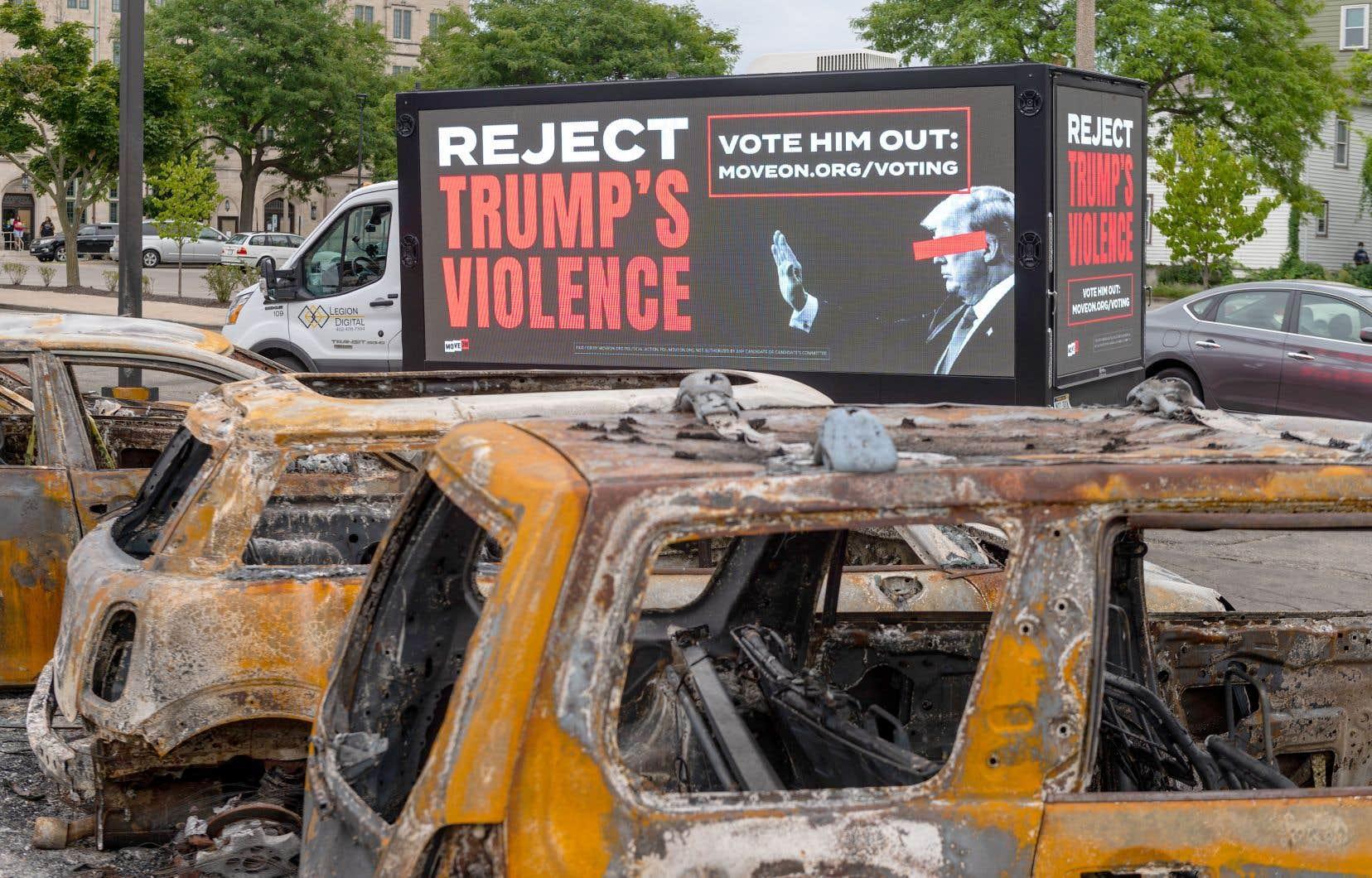 Donald Trump a été accueilli mardi à Kenosha, dans le Wisconsin, avec un camion publicitaire sur lequel on pouvait lire «Reject Trump's violence» (rejetez la violence de Trump) circulant à travers les restes des émeutes qui ont suivi plusieurs manifestations.