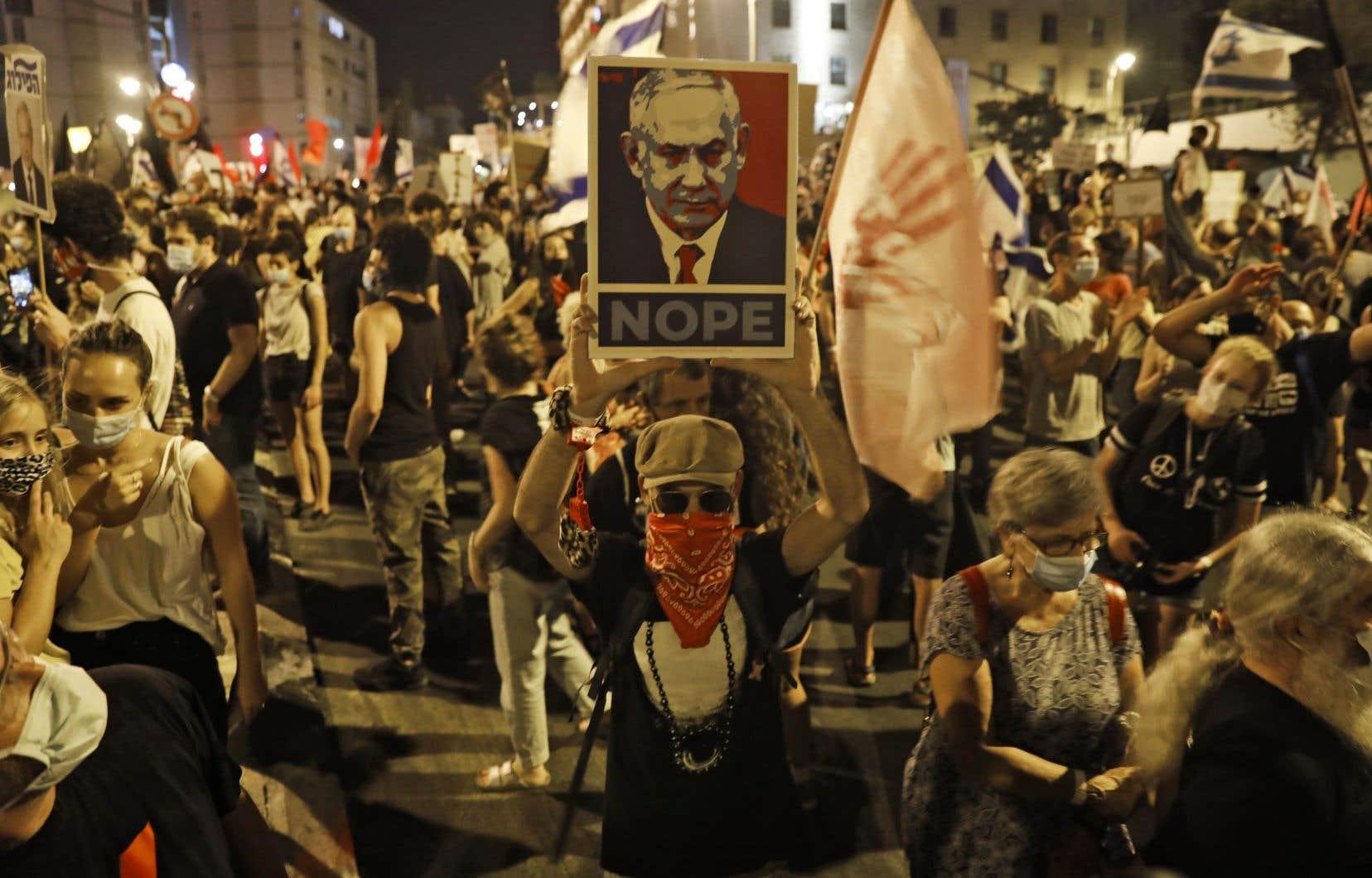 Ces manifestations continuent de mobiliser les Israéliens malgré l'accélération des contaminations au nouveau coronavirus en Israël.