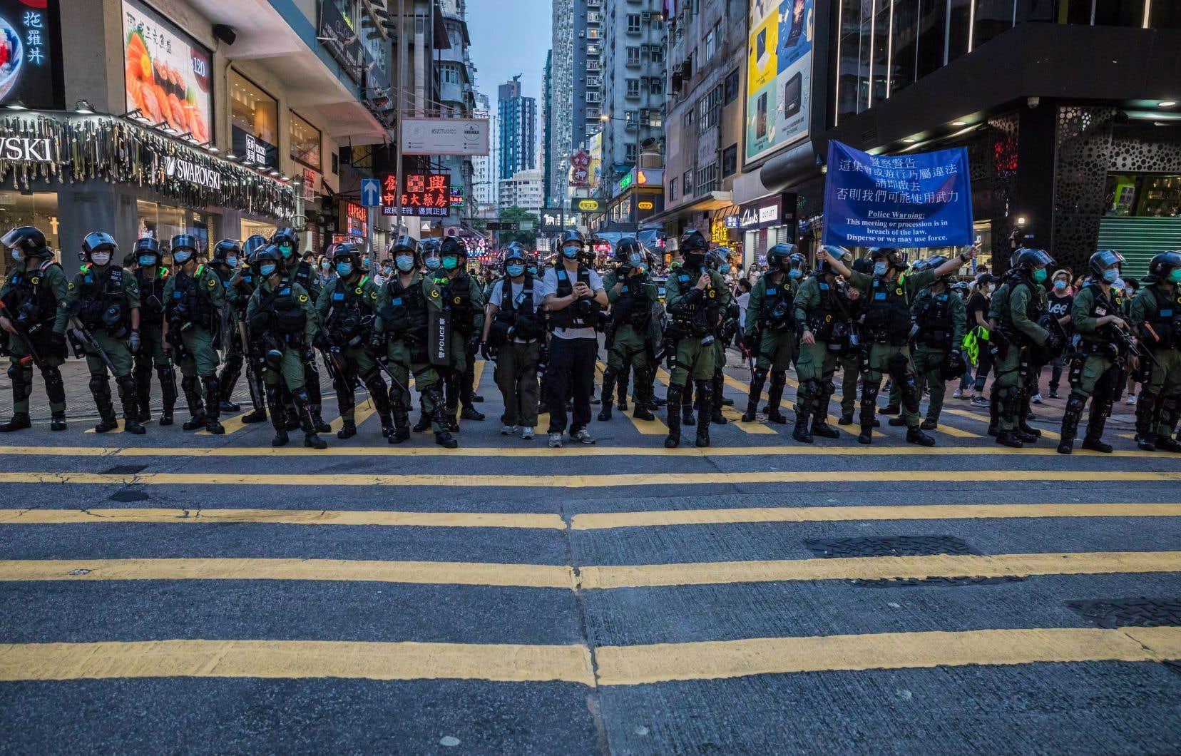 Des centaines de policiers anti-émeute ont été déployés dimanche afin de contrecarrer les appels à manifester lancés sur Internet.