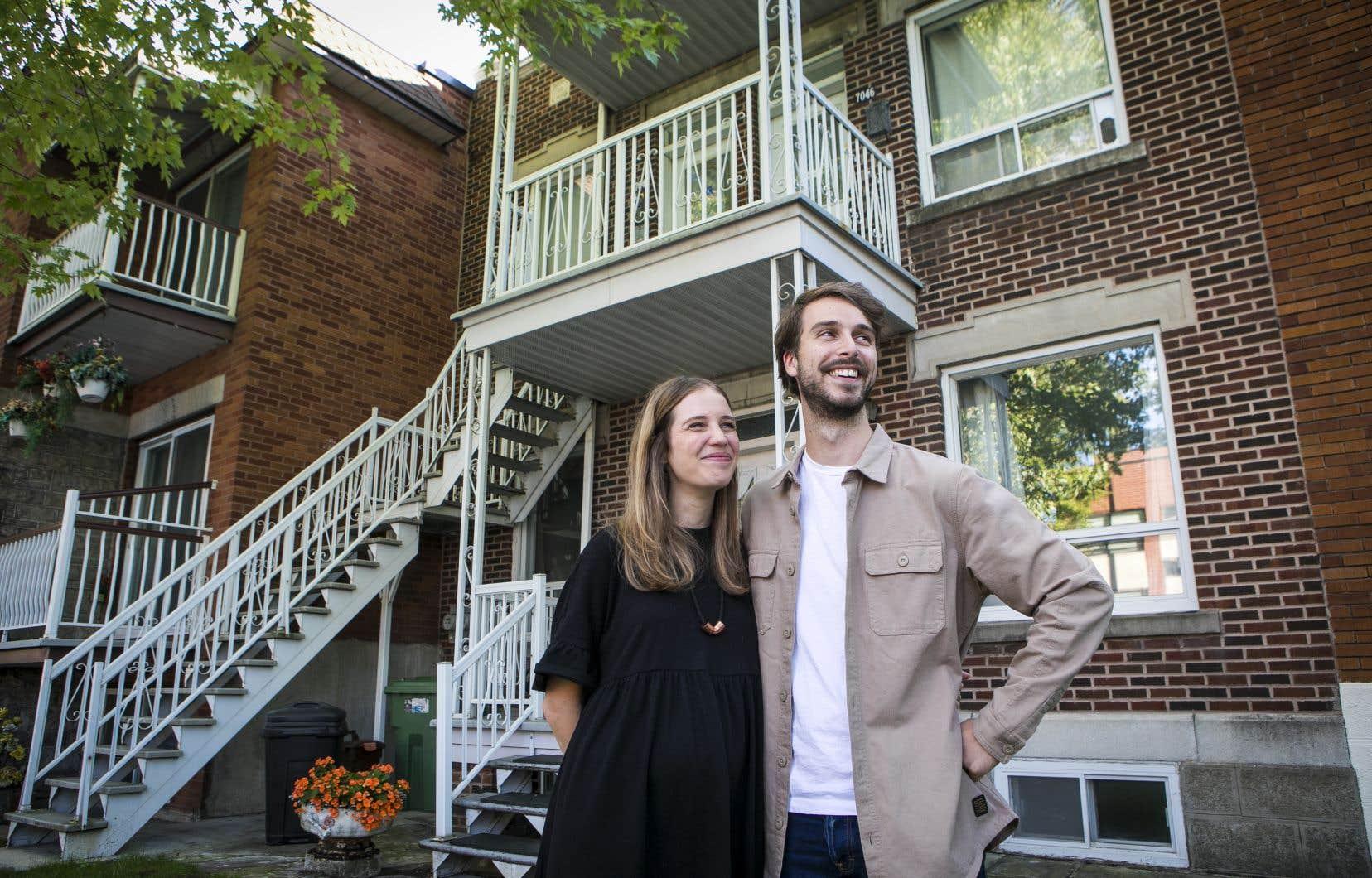 Maxim Garant Rousseau est devenu pour la première fois propriétaire le mois dernier. Avec sa conjointe Gabrielle Lafontaine, ils ont décidé de quitter l'appartement qu'ils louaient dans le Plateau Mont-Royal, qui leur a semblé mal adapté à leurs besoins pendant le confinement, pour acheter un triplex dans le quartier Villeray.