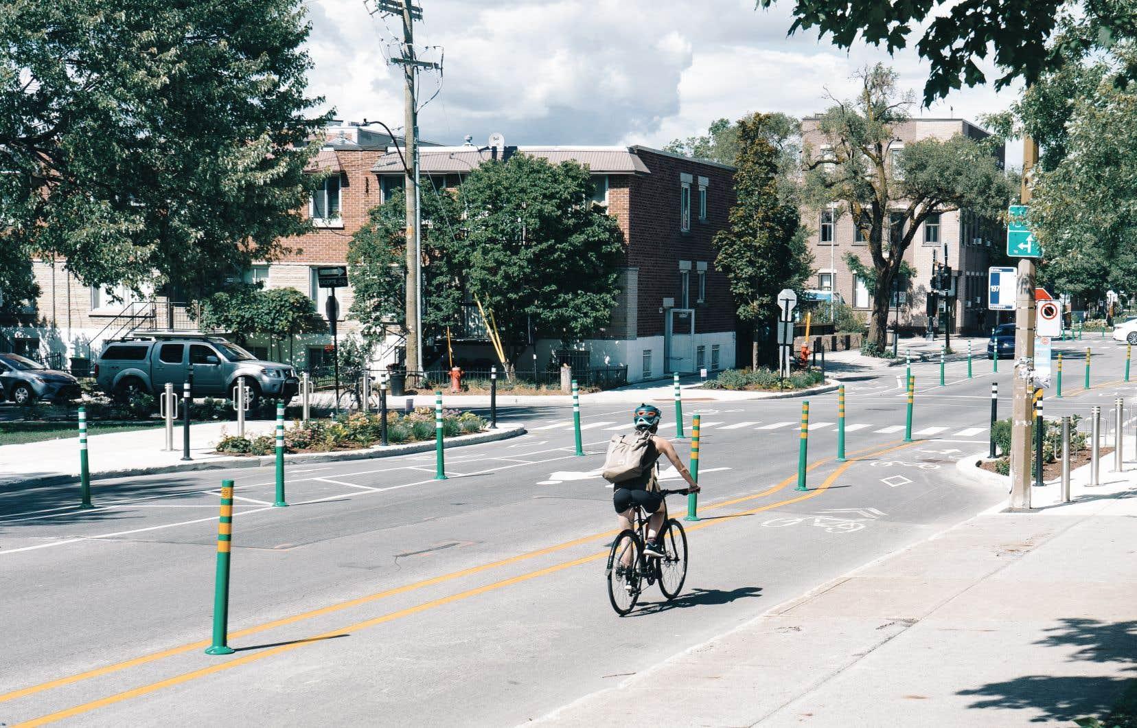«En aménageant les pistes cyclables sur les artères les plus achalandées, alors qu'il aurait été préférable de les construire dans les rues résidentielles, on instrumentalise la pratique du vélo, visant à contraindre les déplacements automobiles, et ce, au détriment des cyclistes eux-mêmes, qui gagneraient à rouler dans des rues plus paisibles, plus vertes, et surtout plus sécuritaires et moins polluées», pense l'auteur.