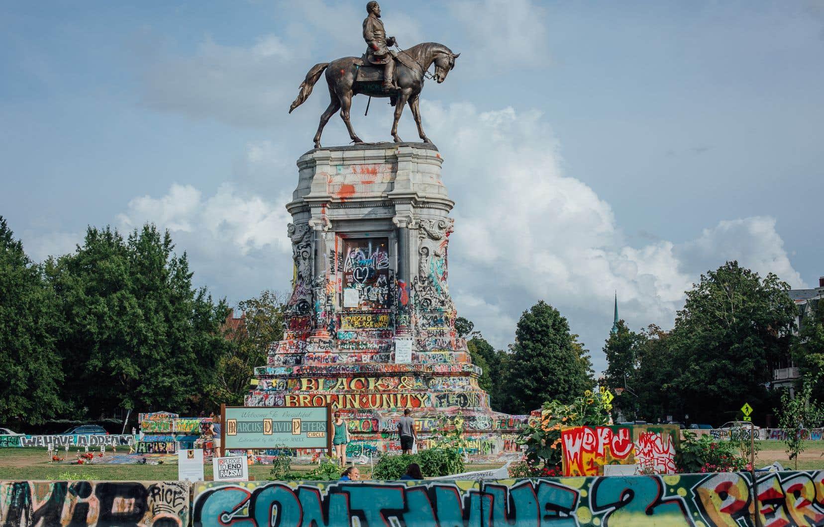 La statue du général Robert Lee, à Richmond, n'est pas défigurée; elle est plutôt transfigurée, peinte de slogans et de phrases antiracistes presque jusqu'aux pattes du cheval du confédéré.L'endroit est devenu un lieu de réunion, de protestation et d'expression artistique contre le racisme.
