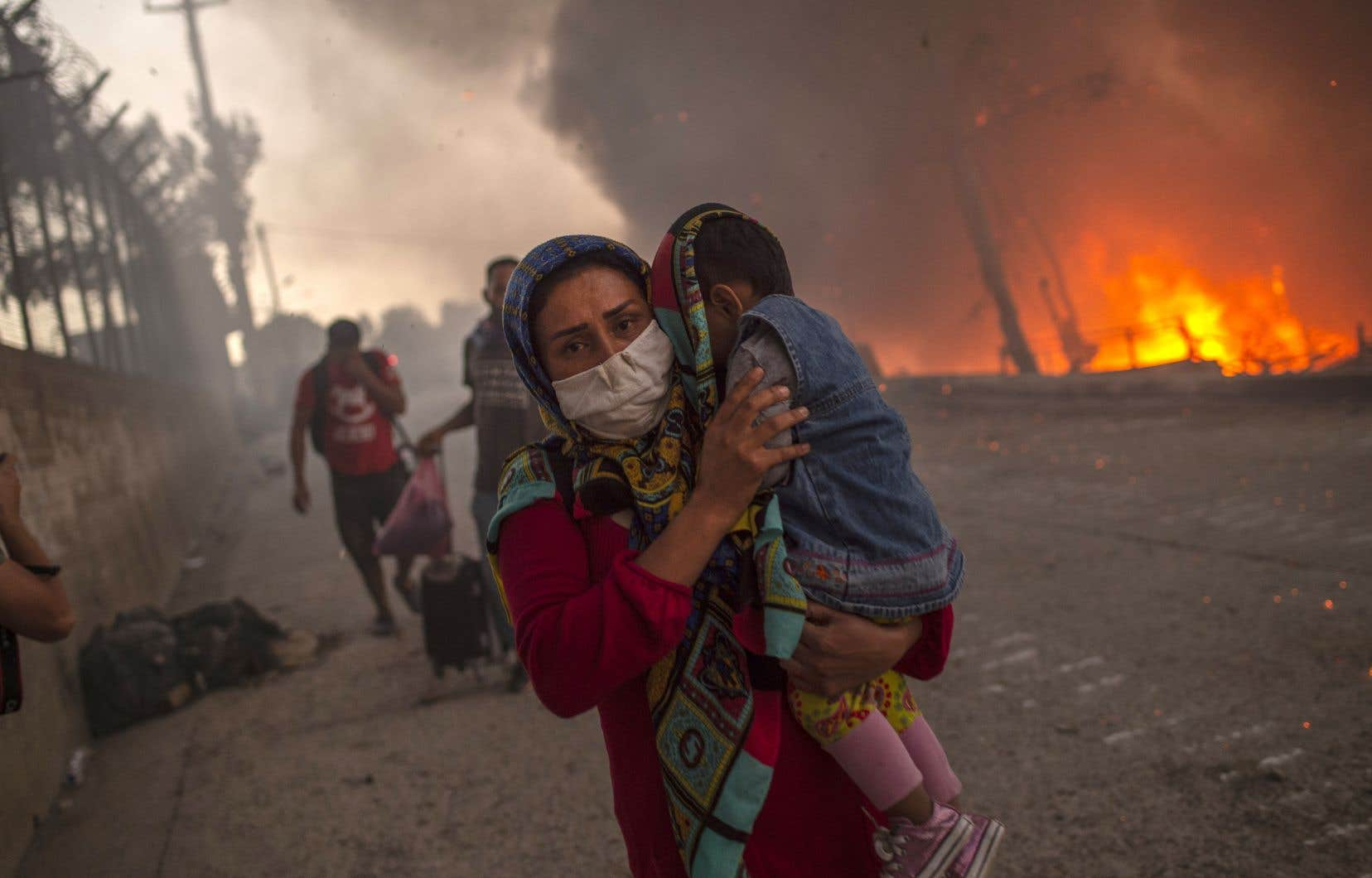 Des milliers d'hommes, de femmes et d'enfants sont sortis paniqués des tentes et des conteneurs, certains se réfugiant dans les champs environnants.