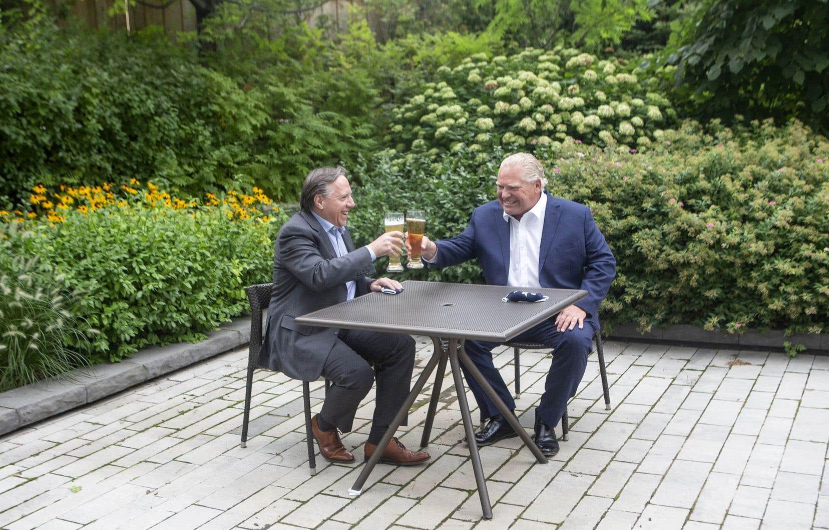 Les premiers ministres du Québec et de l'Ontario, François Legault et Doug Ford, trinquent à une distance que certains ont jugé non réglementaire.