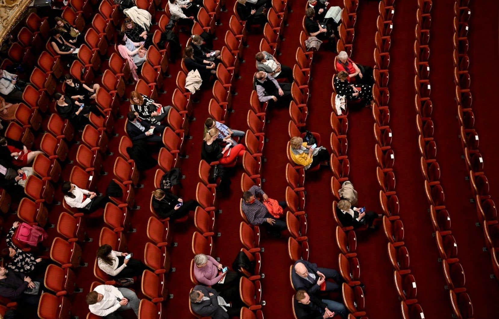 Une fois les personnes bien assises pour un spectacle, le couvre-visage est recommandé, mais il n'est pas obligatoire.