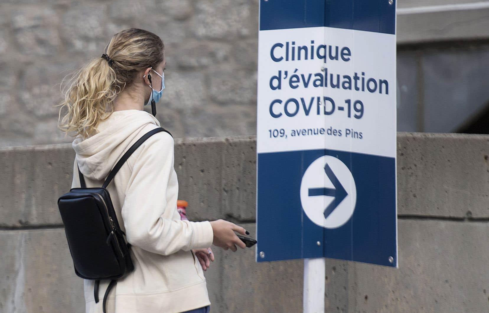 Le gouvernement du Québec envisage, entre autres, de recourir à des étudiants pour effectuer des prélèvements dans les cliniques de dépistage de la COVID-19 de la province.