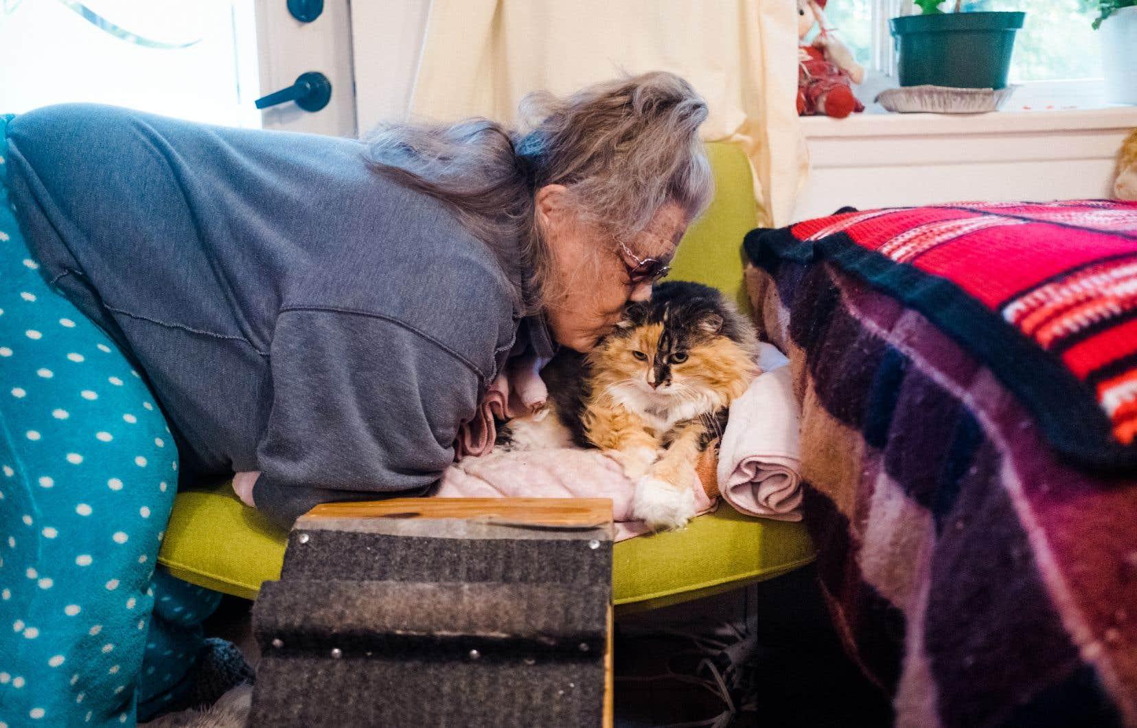 Mayvis Munro, que l'on voit ici avec son chat Sweet Mimi, craint pour la vie de sa sœur, Lucille Munro, qui a été placée dans le coma après avoir contracté la COVID-19.