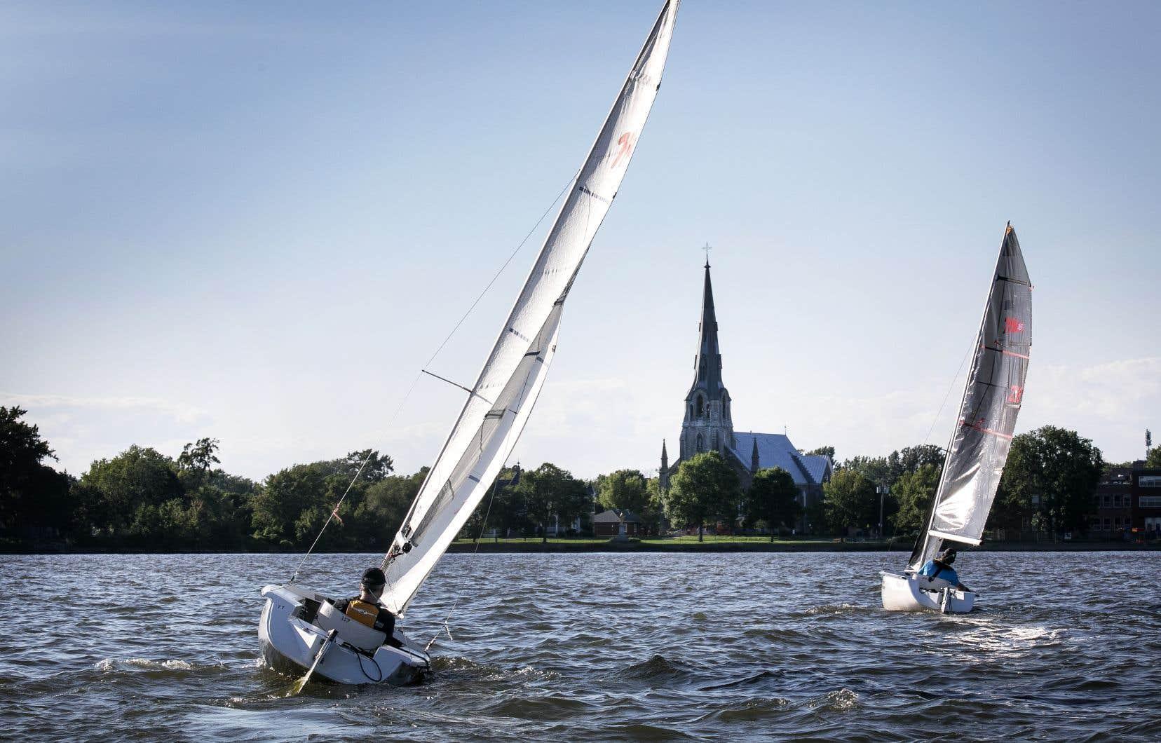 La voile adaptée est rendue possible grâce à de petits bateaux profilés, aux coques insubmersibles, lestées d'une quille de 150 kilogrammes et dotées d'un gouvernail et d'écoutes pour les voiles. Ces embarcations sont dirigées avec un simple «manche à balai». Sur la photo, le lac Saint-Louis dans le secteur de Pointe-Claire, dans l'ouest de l'île de Montréal.