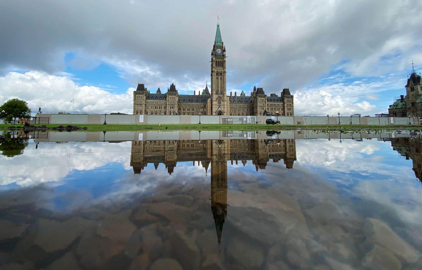 Avec la baisse des taux d'intérêt, les frais de la dette du Canada ont diminué durant la pandémie.
