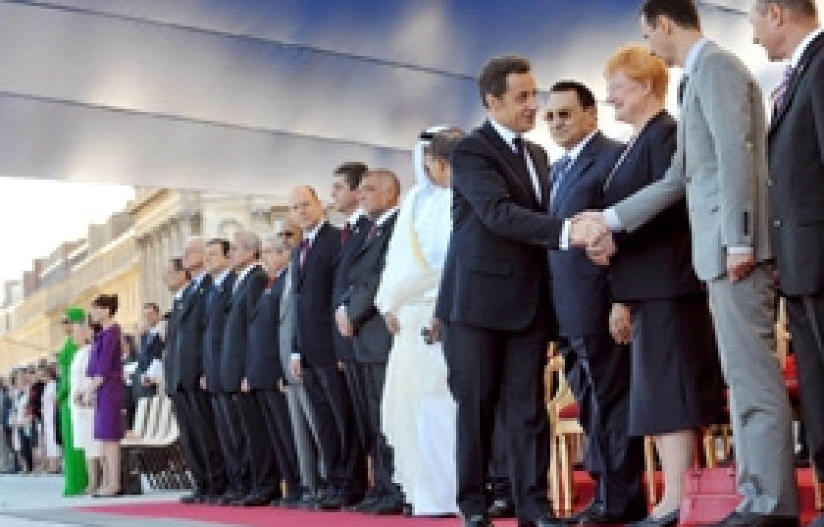 Le président français Nicolas Sarkozy serre la main de son homologue syrien, Bachar el-Assad.