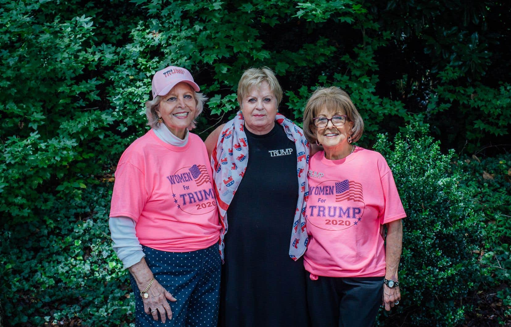 De gauche à droite : Nancy Bishop, Darlene Schadt et Fran Refanovic, trois ferventes partisanes de Donald Trump, près du local du Parti républicain de Greensboro, en Caroline du Nord.