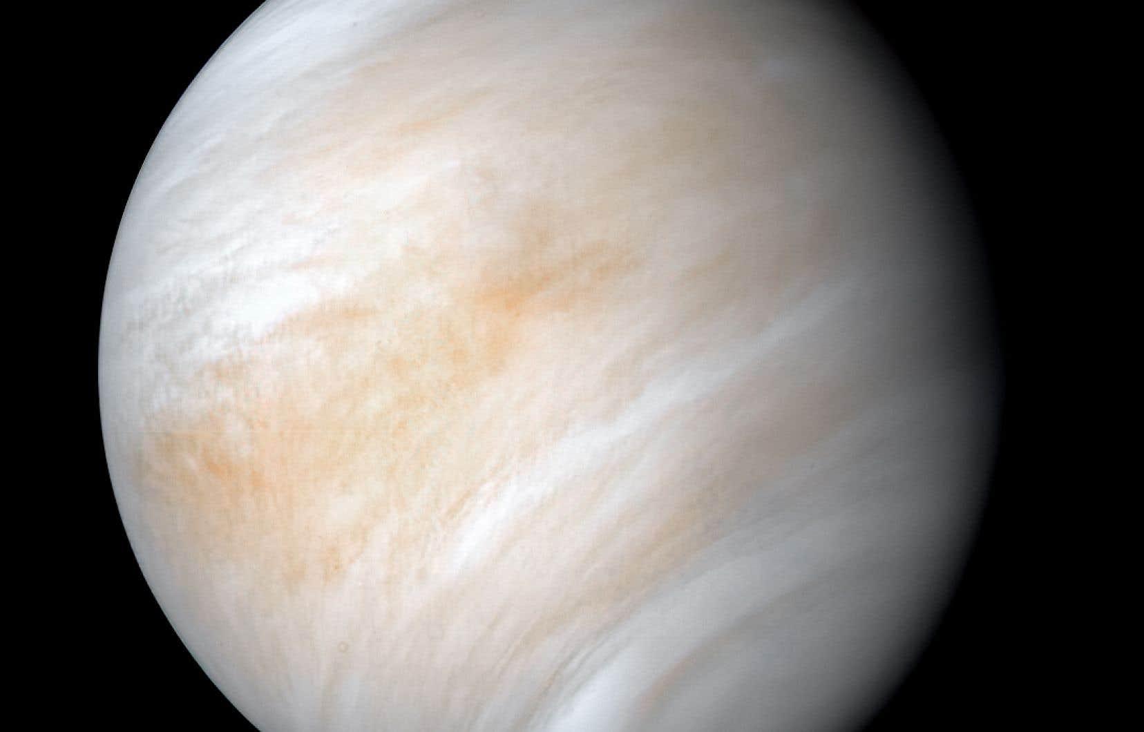 S'il y a en effet de la vie dans les nuages de Vénus, les chercheurs croient qu'il doit s'agir d'une forme aérienne qui ne serait présente qu'au niveau de la couche tempérée de l'atmosphère de la planète.