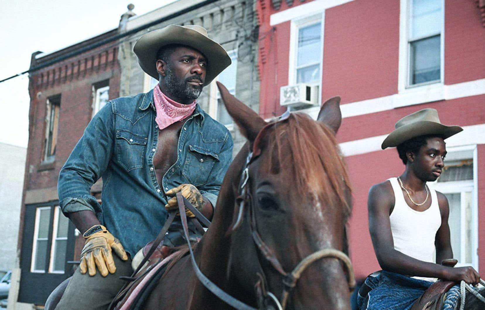 «Concrete Cowboy», de Ricky Staub, est un fort beau film sur la relation père-fils (Idris Elba et Caleb McLaughlin) dans un univers surréel et réel. À Philadelphie, en des quartiers de la zone, vivent bel et bien des cowboys noirs modernes avec leurs chevaux à domicile