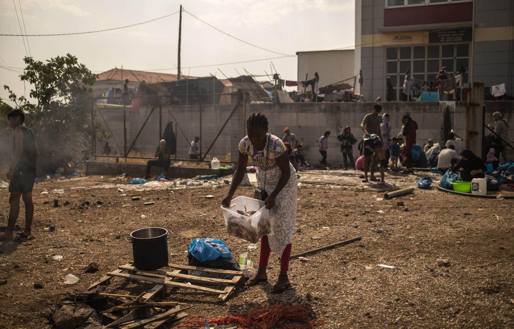 Après l'incendie, les autorités grecques ont érigé à la hâte un camp provisoire non loin des ruines de Moria pour reloger les sans-abri mais à peine 800 d'entre eux ont pour le moment accepté de s'y installer.