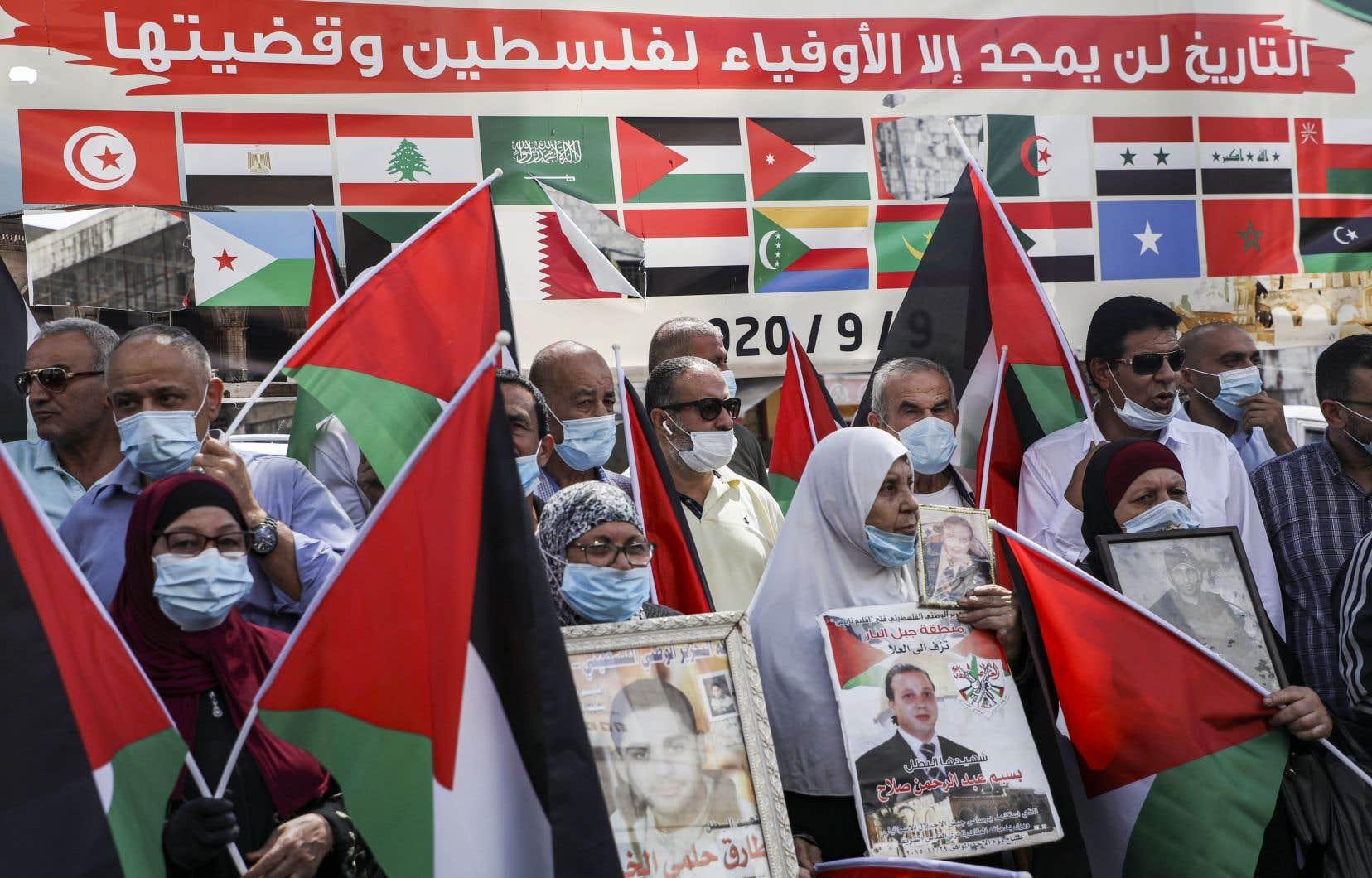 Brandissant des drapeaux palestiniens, des manifestants portant pour la plupart des masques anticoronavirus se sont rassemblés dans les villes de Naplouse et Hébron.