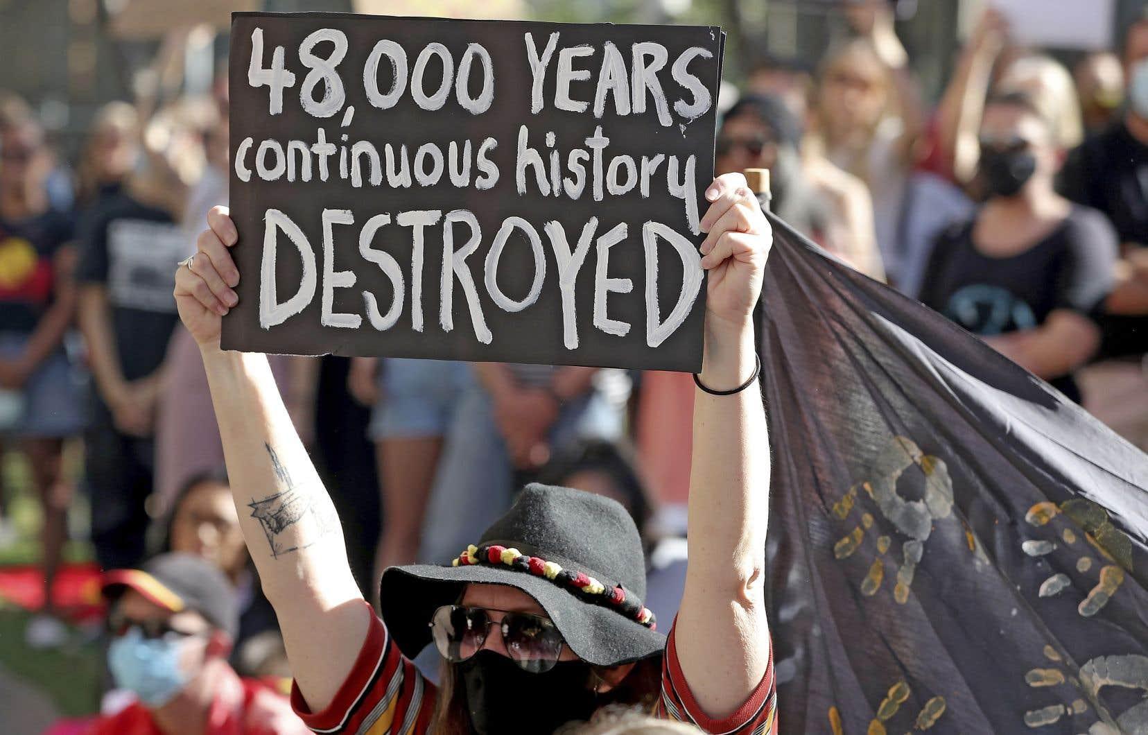 «La destruction du site aborigène vieux de 46000 ans intervenue au printemps était un acte valide sur le terrain juridique», écrit l'auteur.