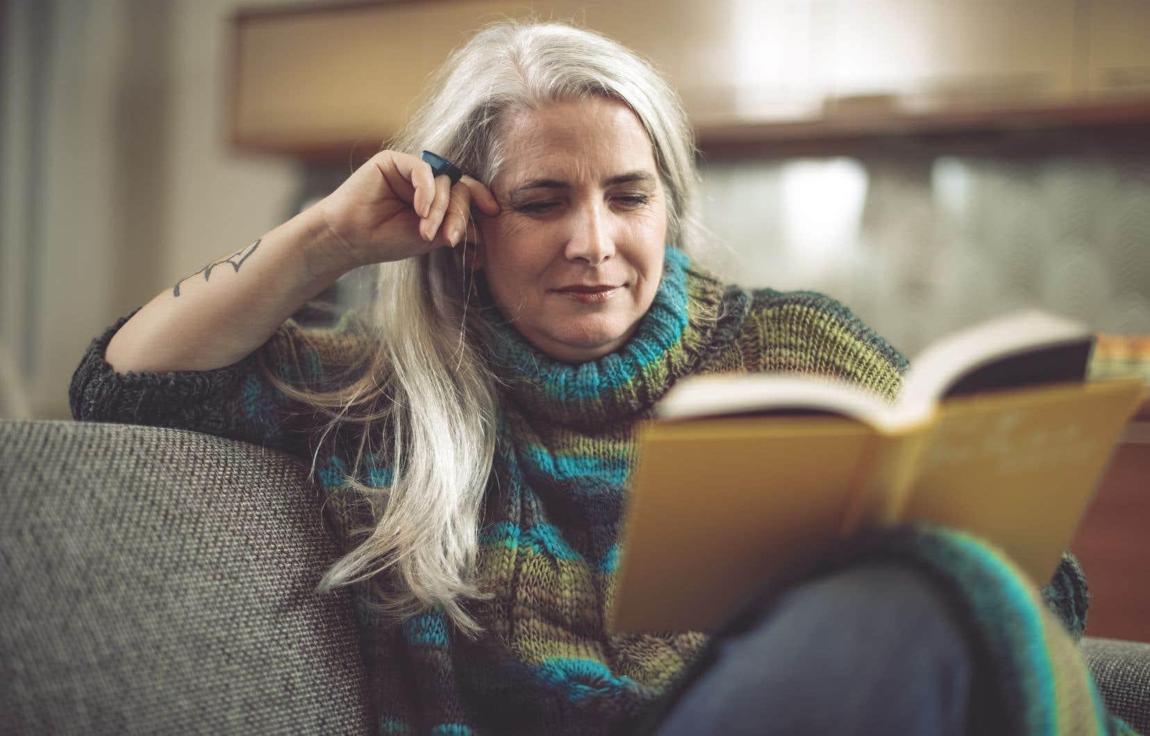 En 2020, avoir la tête blanche n'est plus perçu  comme un signe de l'âge à dissimuler à tout prix.