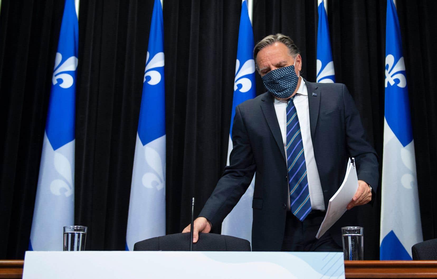 «Est-ce qu'on demande aux policiers de rentrer sans mandat dans les maisons? Ce n'est pas simple», a reconnu le premier ministre François Legault, mercredi.