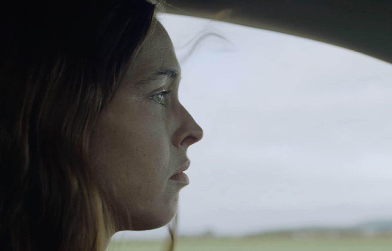 À mesure qu'Anna (Natalie Krill) progresse dans son enquête, on découvre les rouages de la prostitution.
