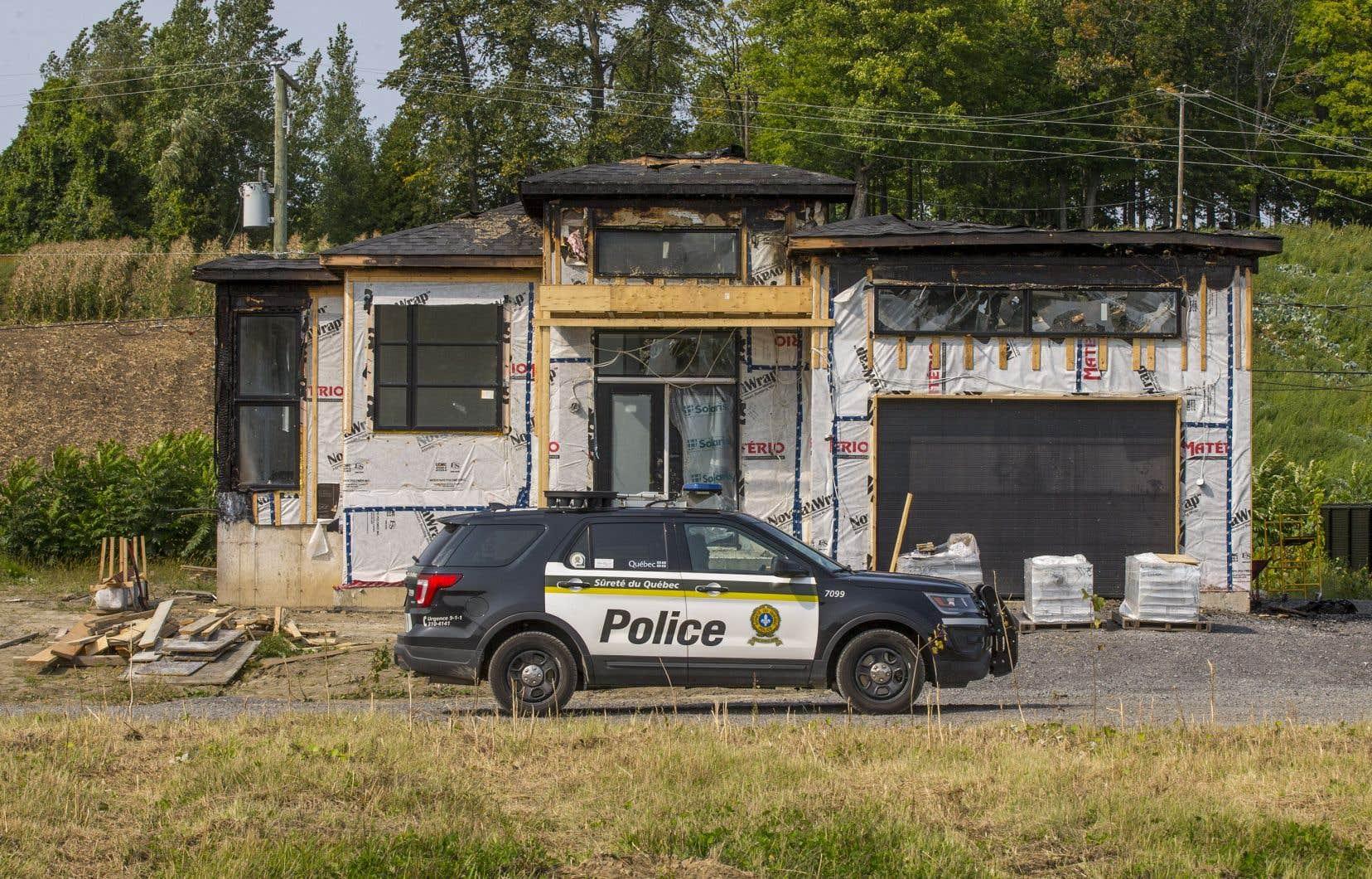 Cette maison en construction au Domaine des collines, à Oka, a été détruite par un incendie d'origine suspecte dans la nuit de vendredi à samedi. Elle est située sur un site en bordure d'une pinède revendiqué par les Mohawks.